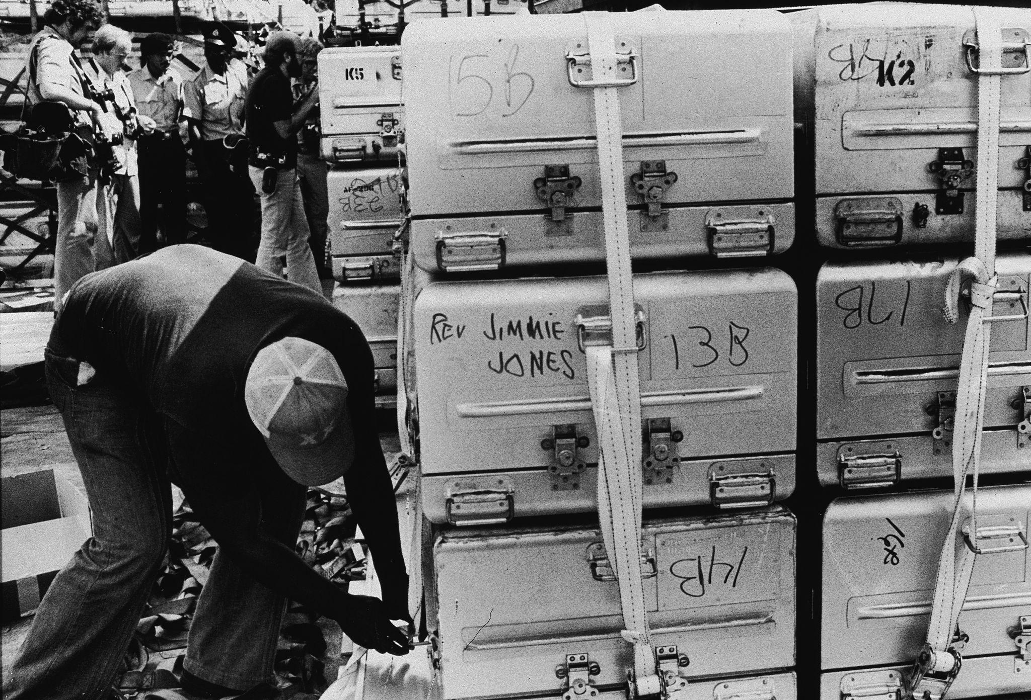 1978. Неизвестный мужчина готовит к отправке в Соединенные Штаты алюминиевые гробы с телами погибших, Джорджтаун, Гайана, 23 ноября.jpg