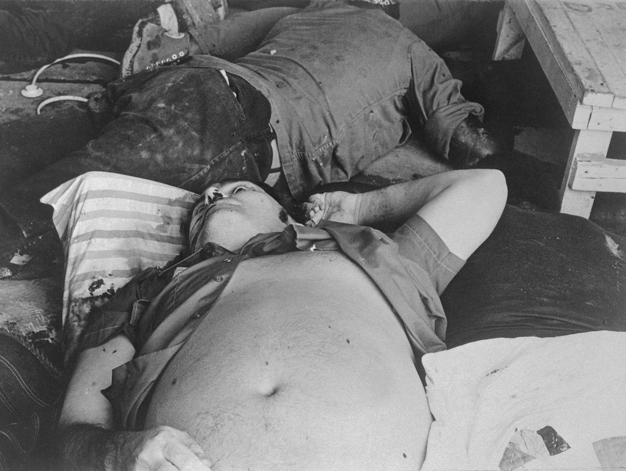 1978. Преподобный Джим Джонс, лидер Народного культа храма, застрелен в своем сельскохозяйственном убежище.jpg
