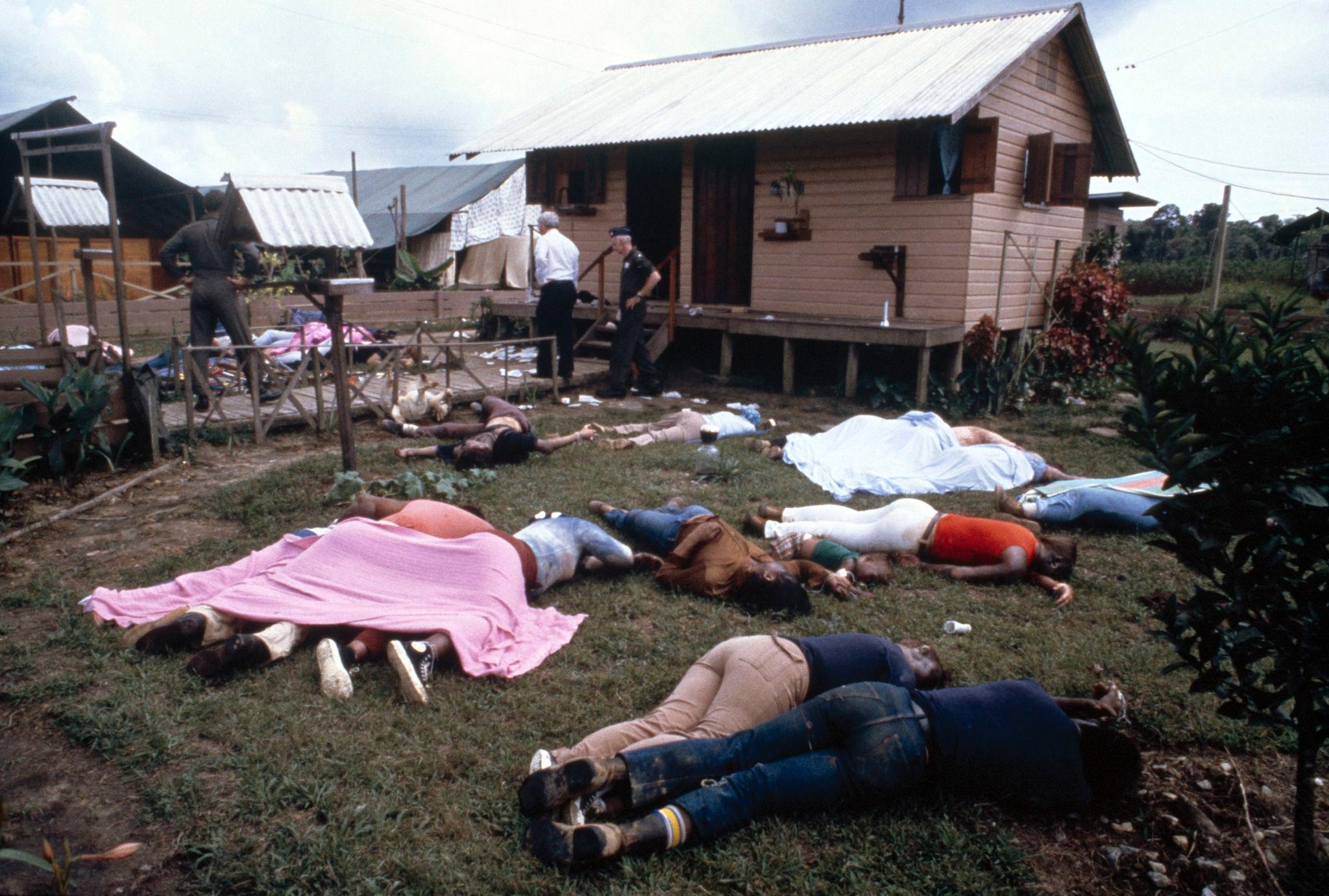1978. Следователи осматривают состав культа Народного храма 18 ноября 1978 года в Джонстауне, Гайана.jpg