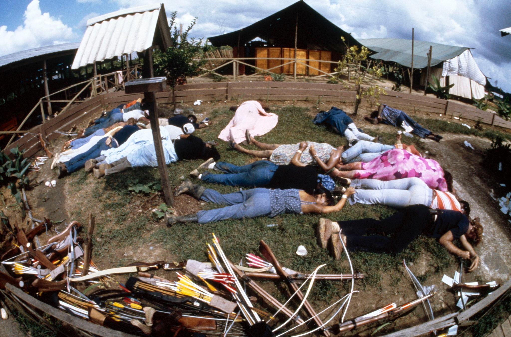 1978. Тела лежат возле здания культа Народного храма 18 ноября 1978 года в Джонстауне.jpg