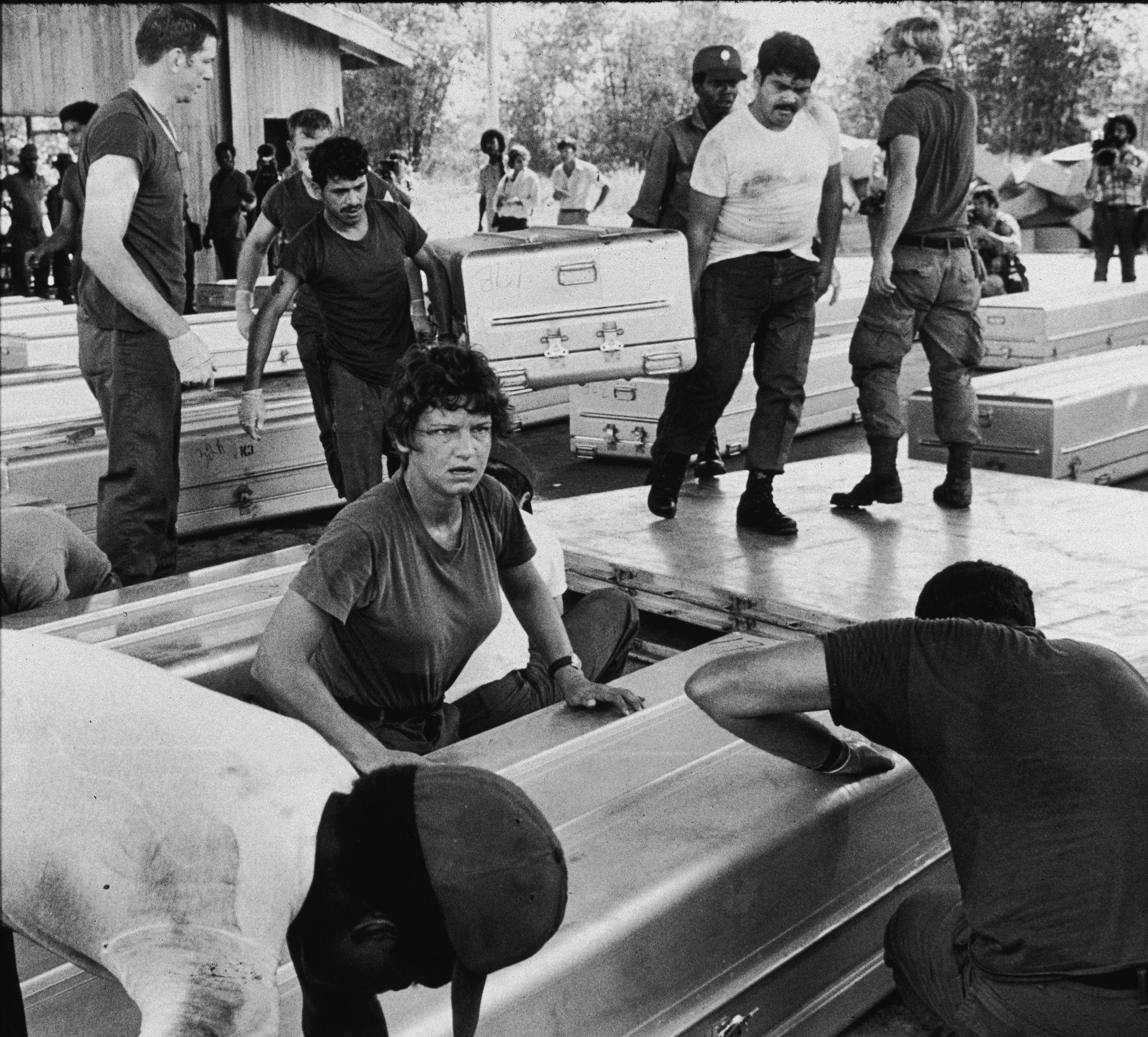1978.Члены американской военной группы готовят алюминиевые гробы для отправки в Соединенные Штаты 24 ноября.jpg