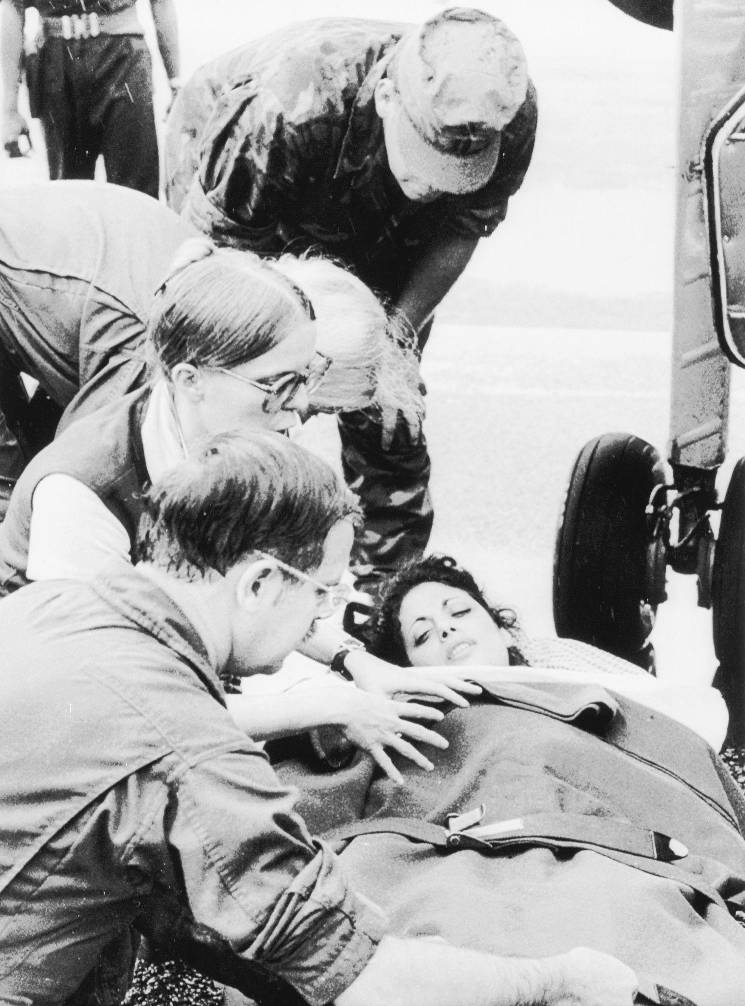1978. Джеки Шпейер, помощник конгрессмена Лео Райана, был увезен из самолета в Джорджтауне 19 ноября  года после его прибытия из Джонстауна, где Шпейер…