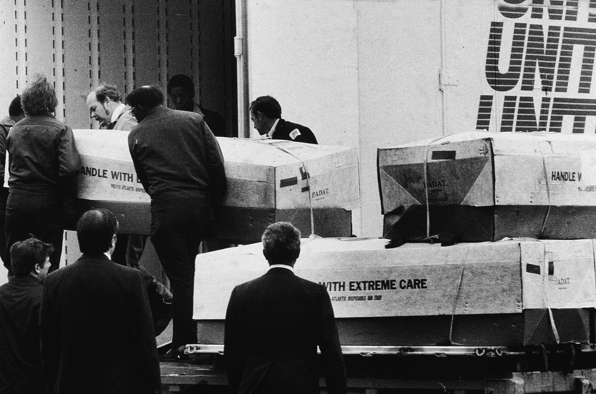 1979. Мужчины загружают гробы в грузовик для перевозки в Дувре, штат Делавэр, 26 апреля 1979 года. Все гробы прибыли из Джонстауна, Гайана, где препо…