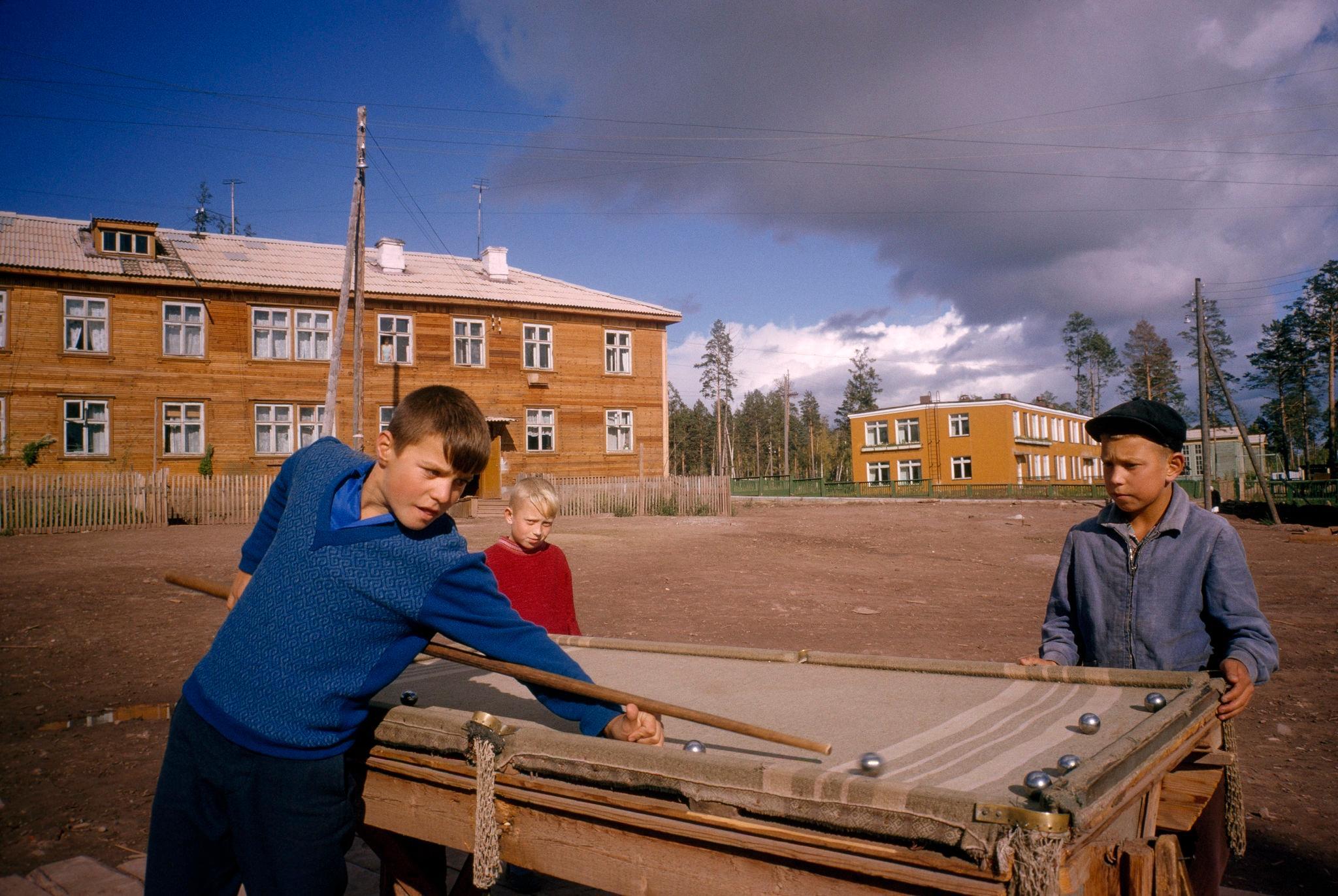 Мальчишки, играющие на бильярде. Падун. 1967 (1).jpg