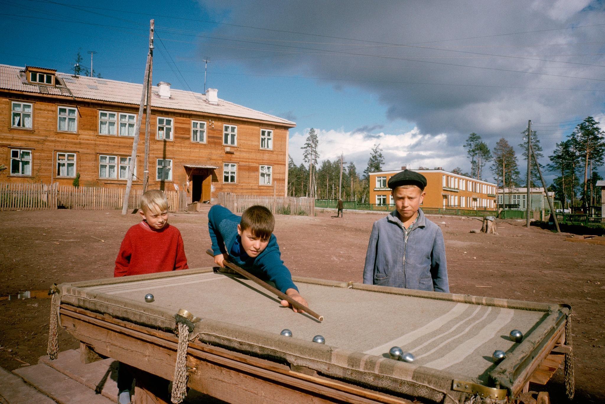 Мальчишки, играющие на бильярде. Падун. 1967 (2).jpg
