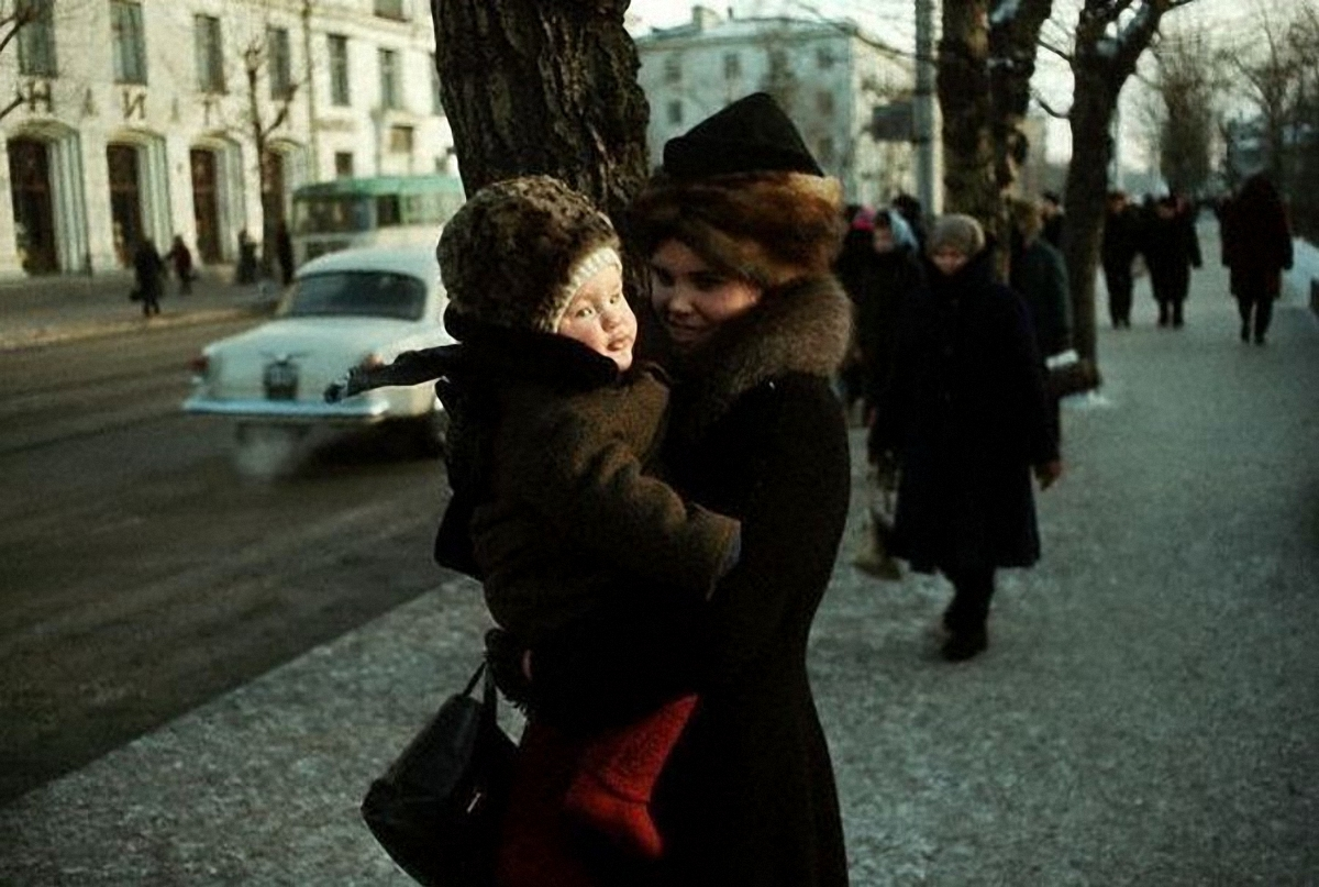 Женщина с ребенком на улице Ленина. 1967..jpg