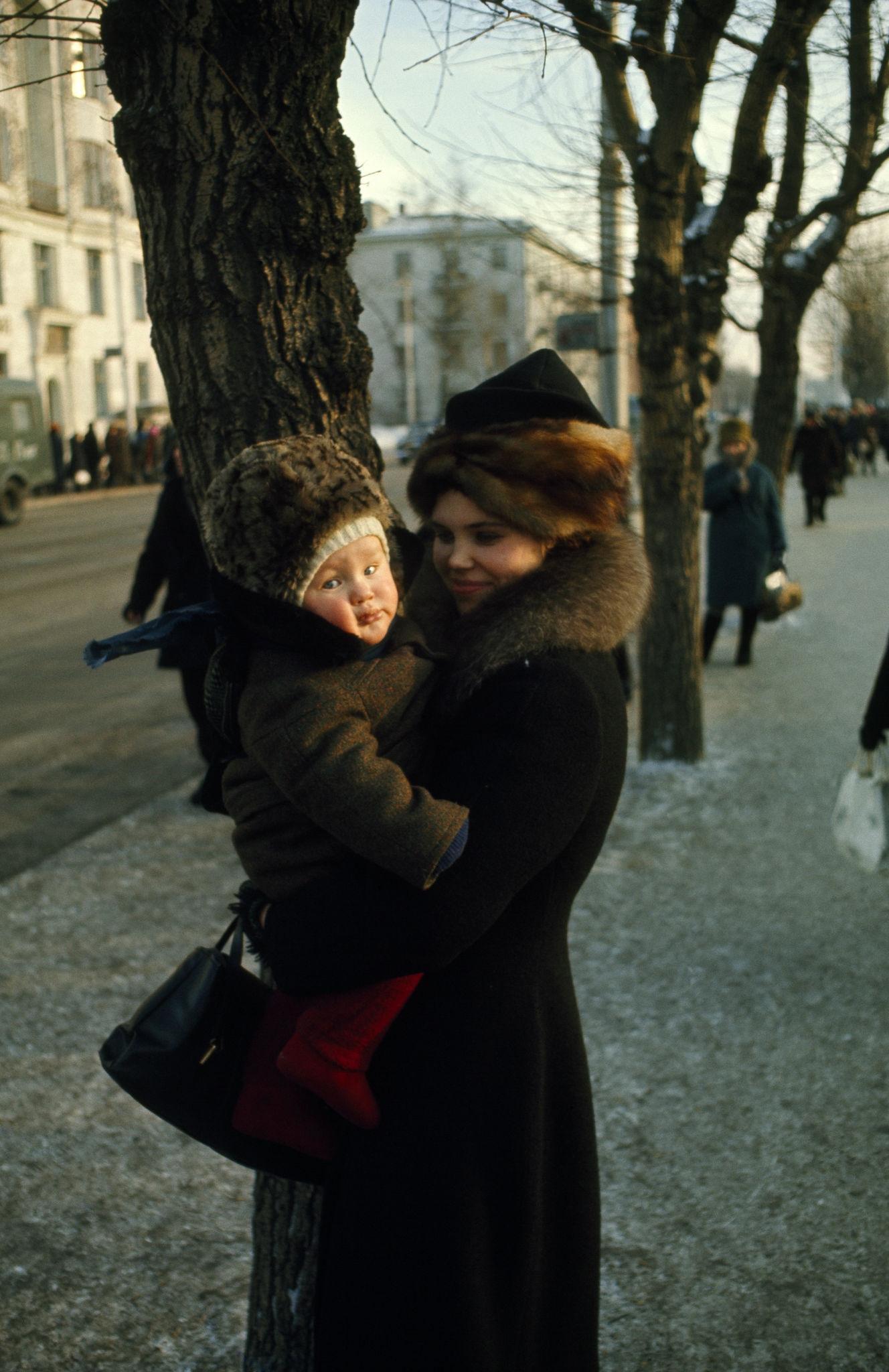 Женщина с ребенком на улице Ленина. 1967.jpg