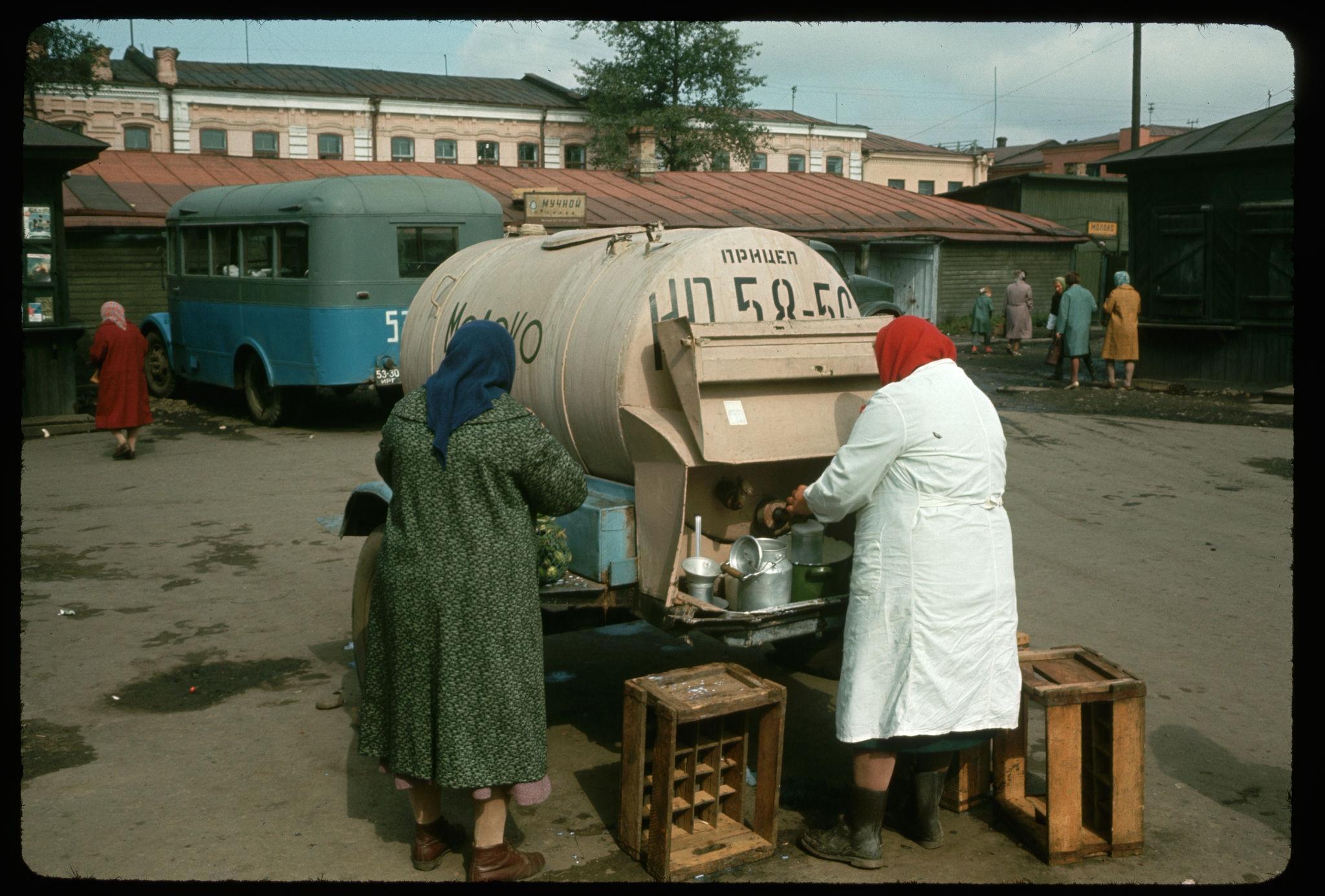 Продажа молока из бочки на Центральном рынке.jpg