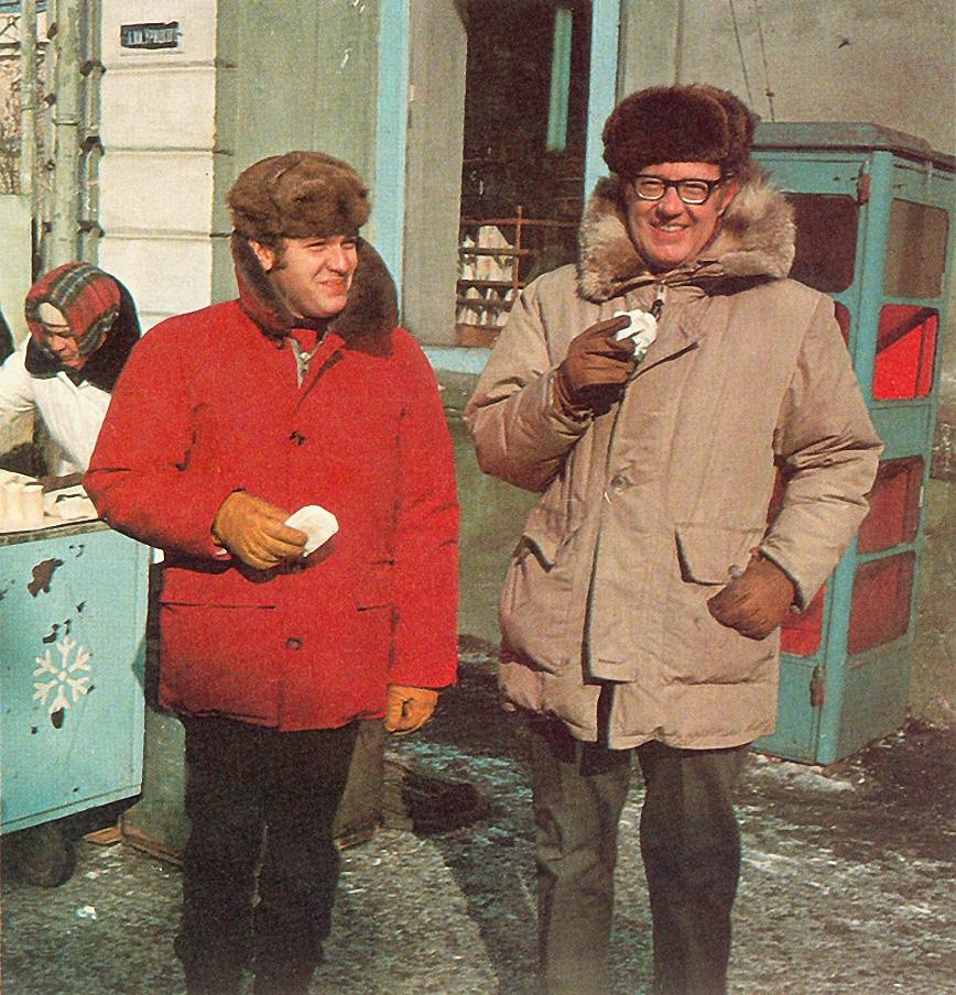 Фотограф Дин Конгер (справа) и переводчик Геннадий Соколов в Иркутске..jpg