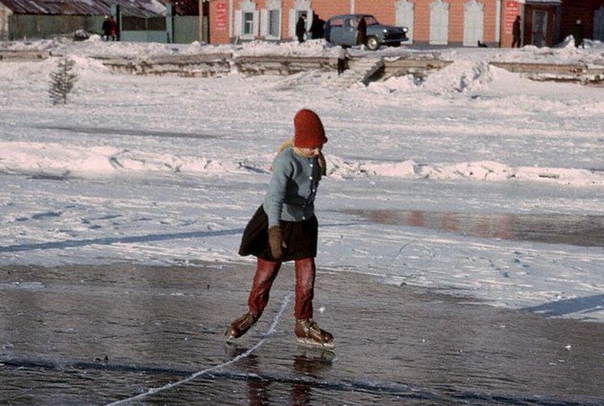 Школьница, катающаяся на льду замёрзшего озера Байкал.jpg