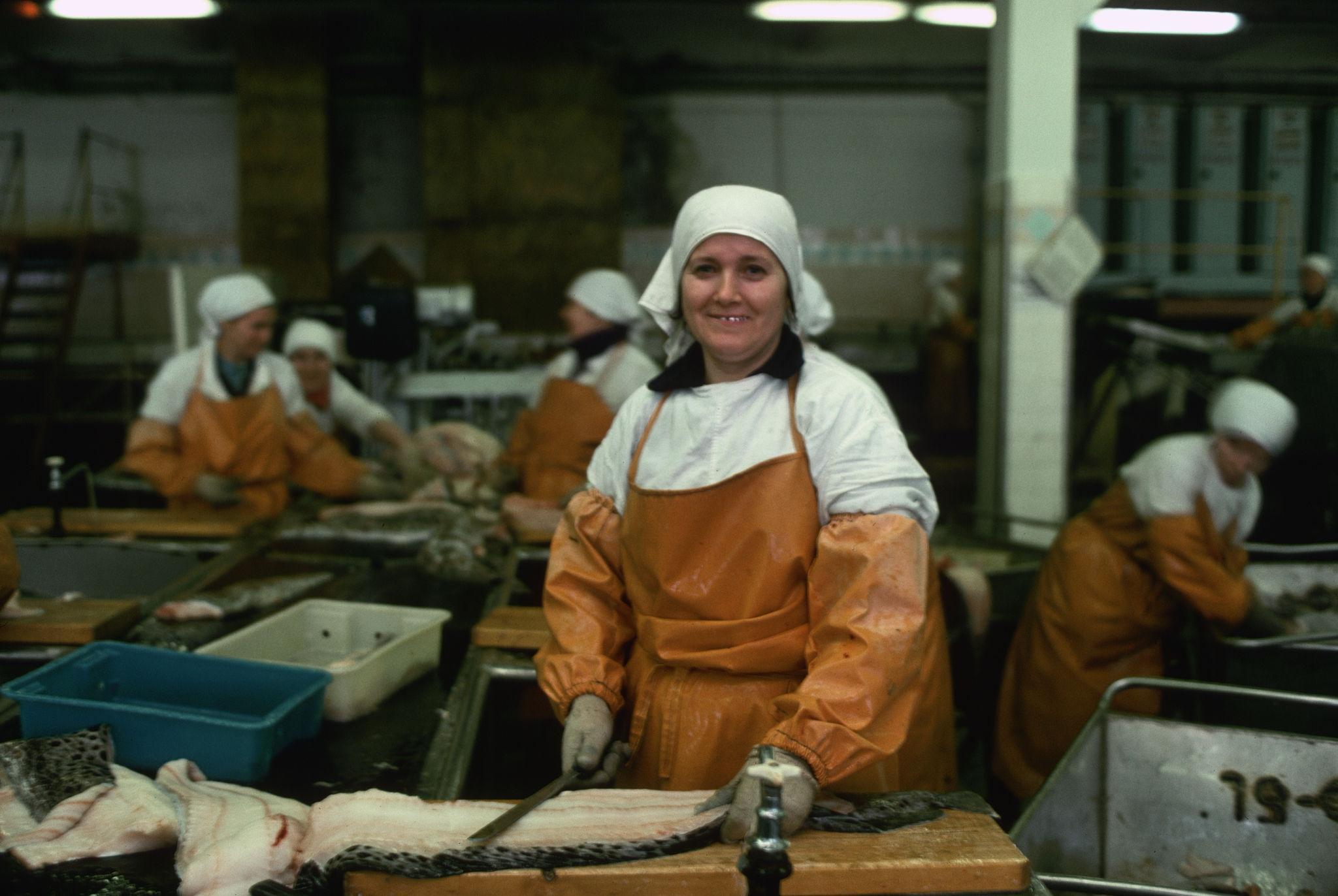 Владивосток. Работницы рыбного консервного завода.jpg