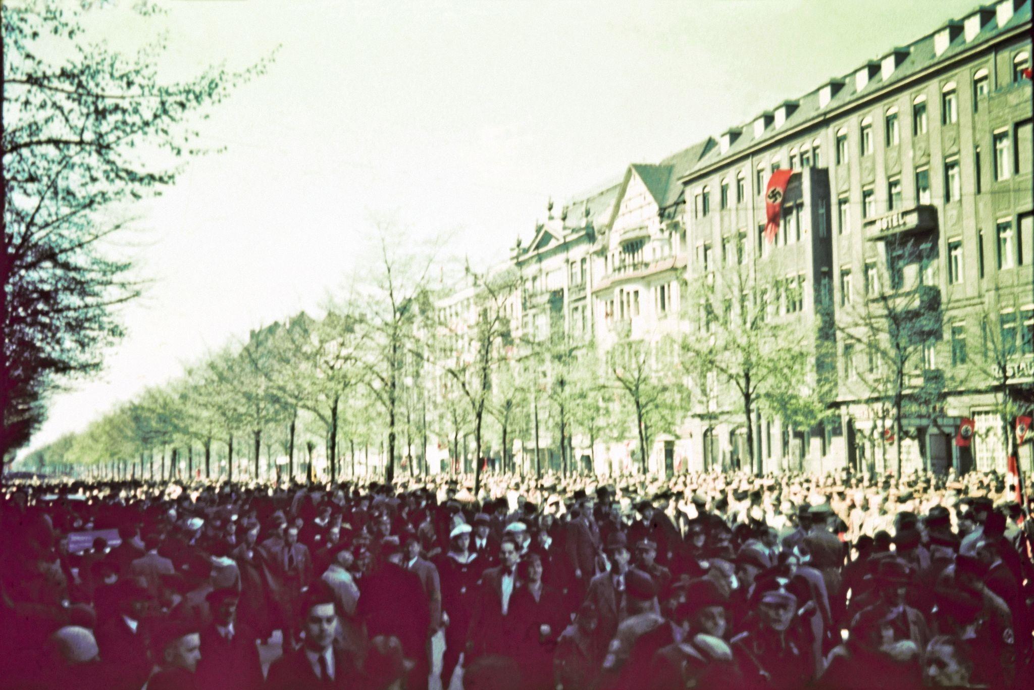 В Люстгартене. Улица заполнена людьми в ожидании выступления Адольфа Гитлера.jpg