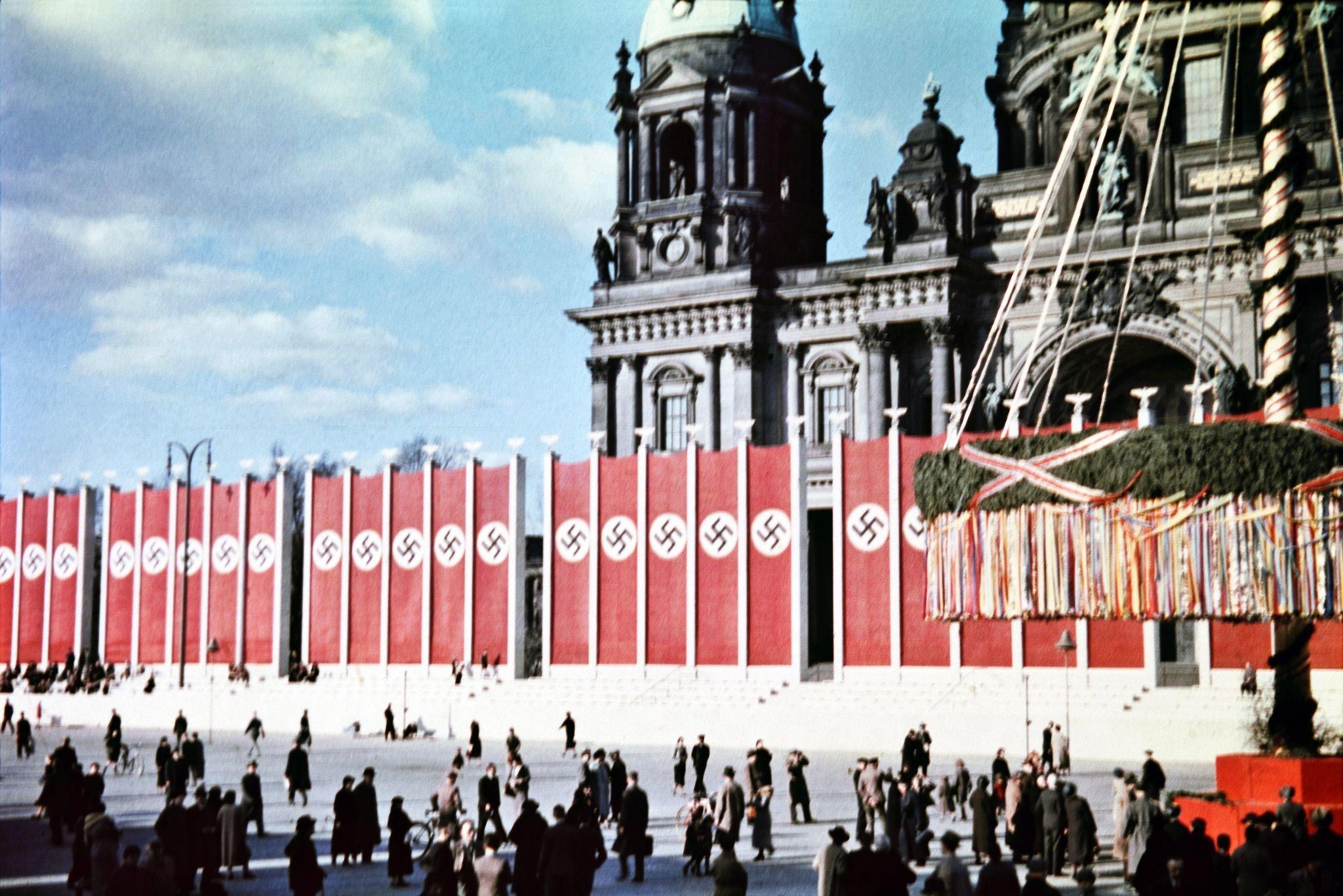 Гигантское майское дерево и флаги перед собором (2).jpg