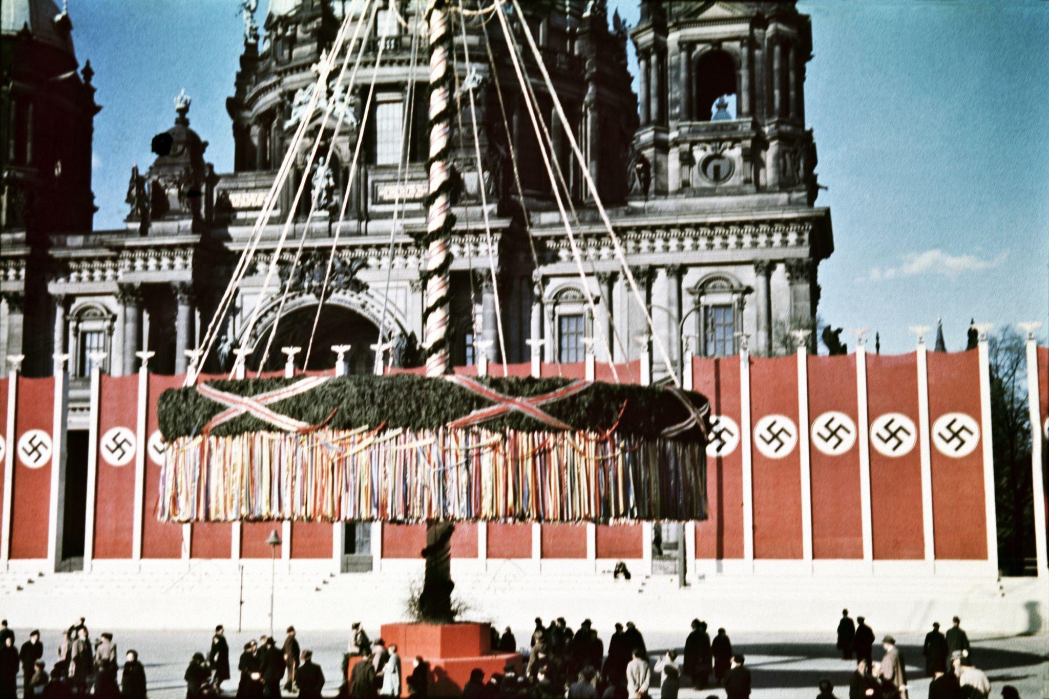 Гигантское майское дерево и флаги перед собором.jpg