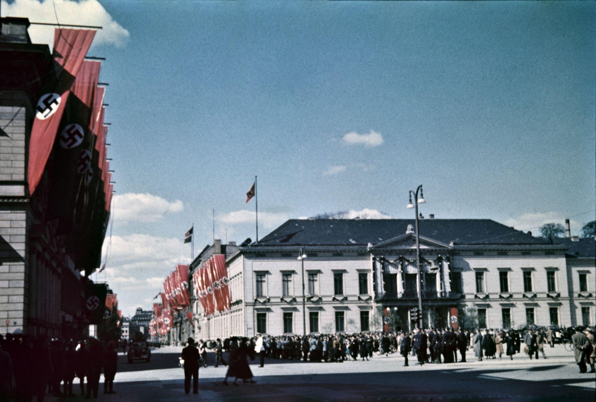 Здания украшены флагами в центре города недалеко от Люстгартена (2).jpg