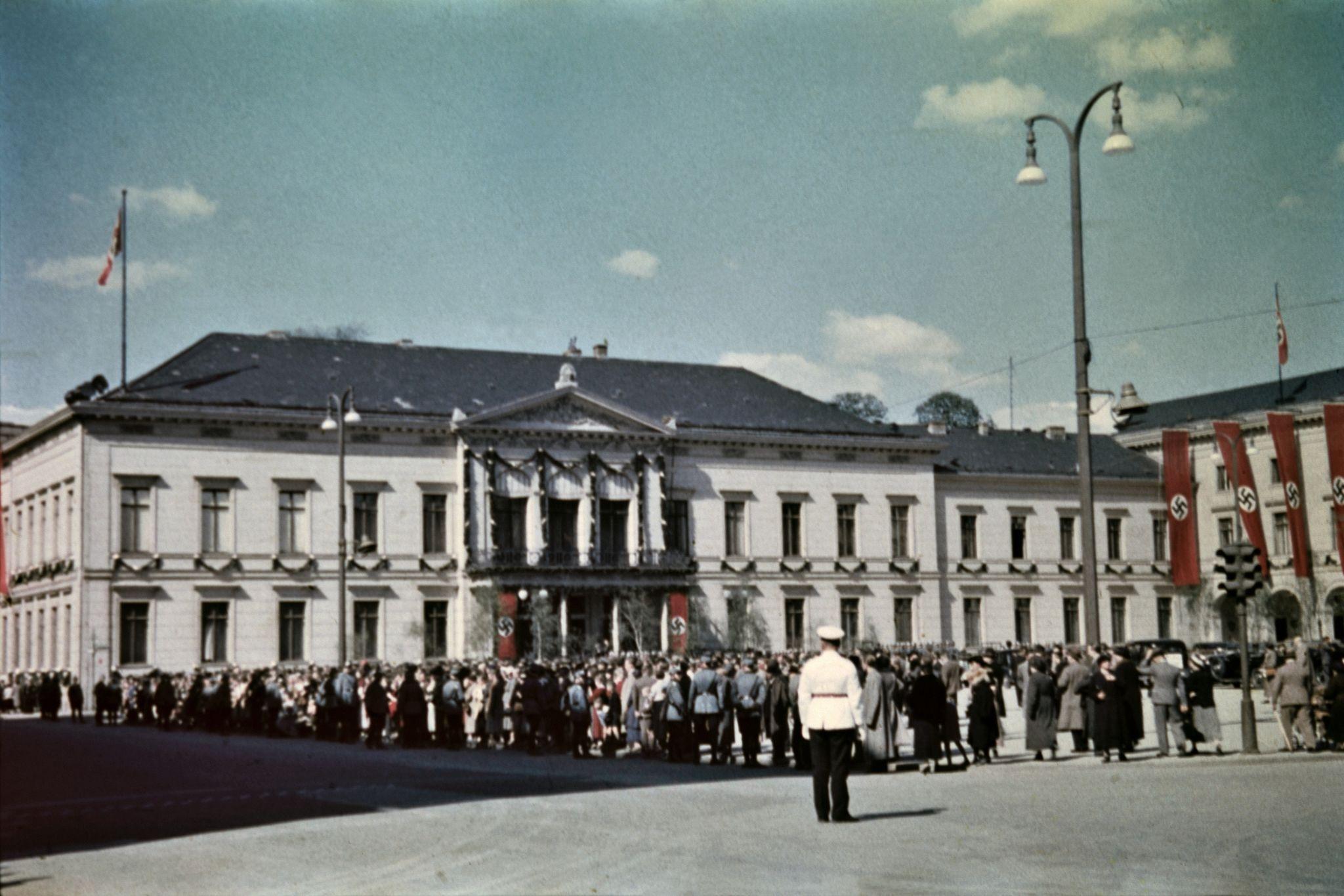Здания украшены флагами в центре города недалеко от Люстгартена (3).jpg
