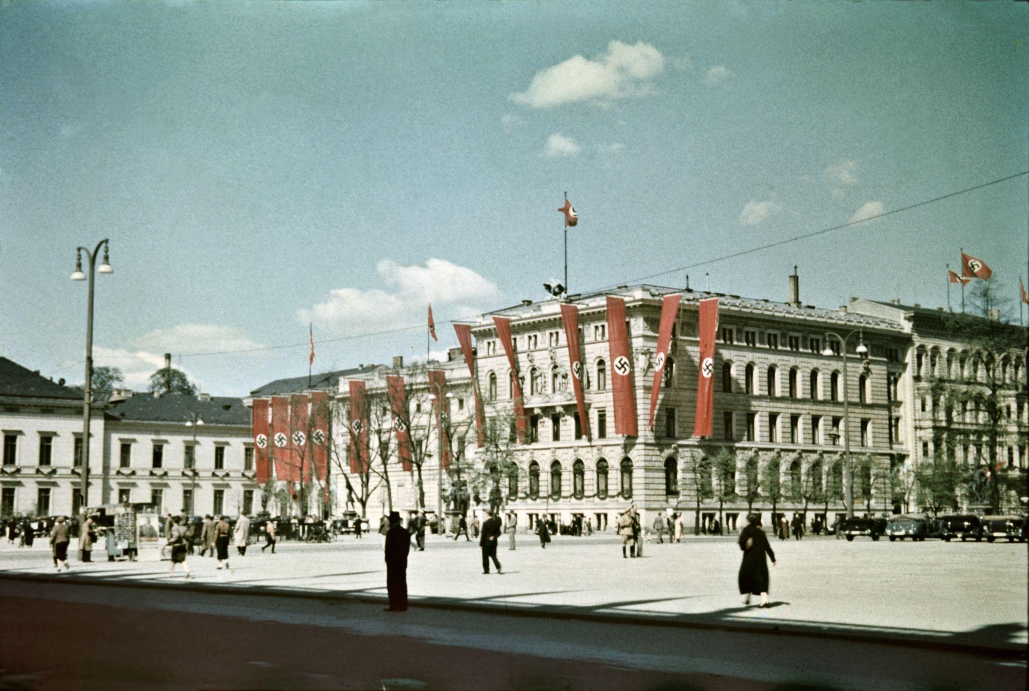 Здания украшены флагами в центре города недалеко от Люстгартена.jpg