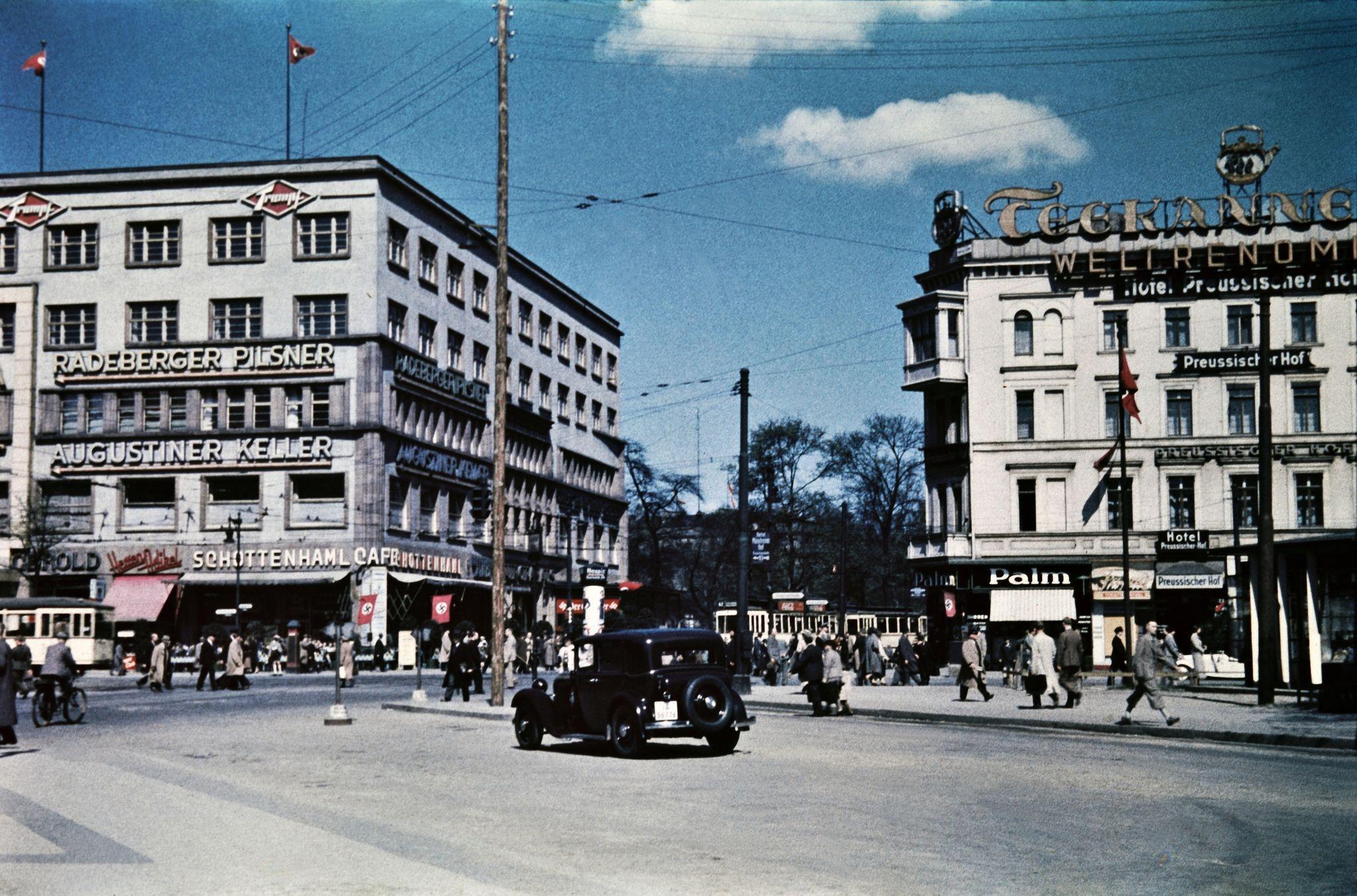 Отель Августинер Келлер и кафе Шоттенхамель слева и отель Пруссишер Хоф справа, все на улице Герман-Геринг-штрассе. недалеко от Анхальтского вокзала.…