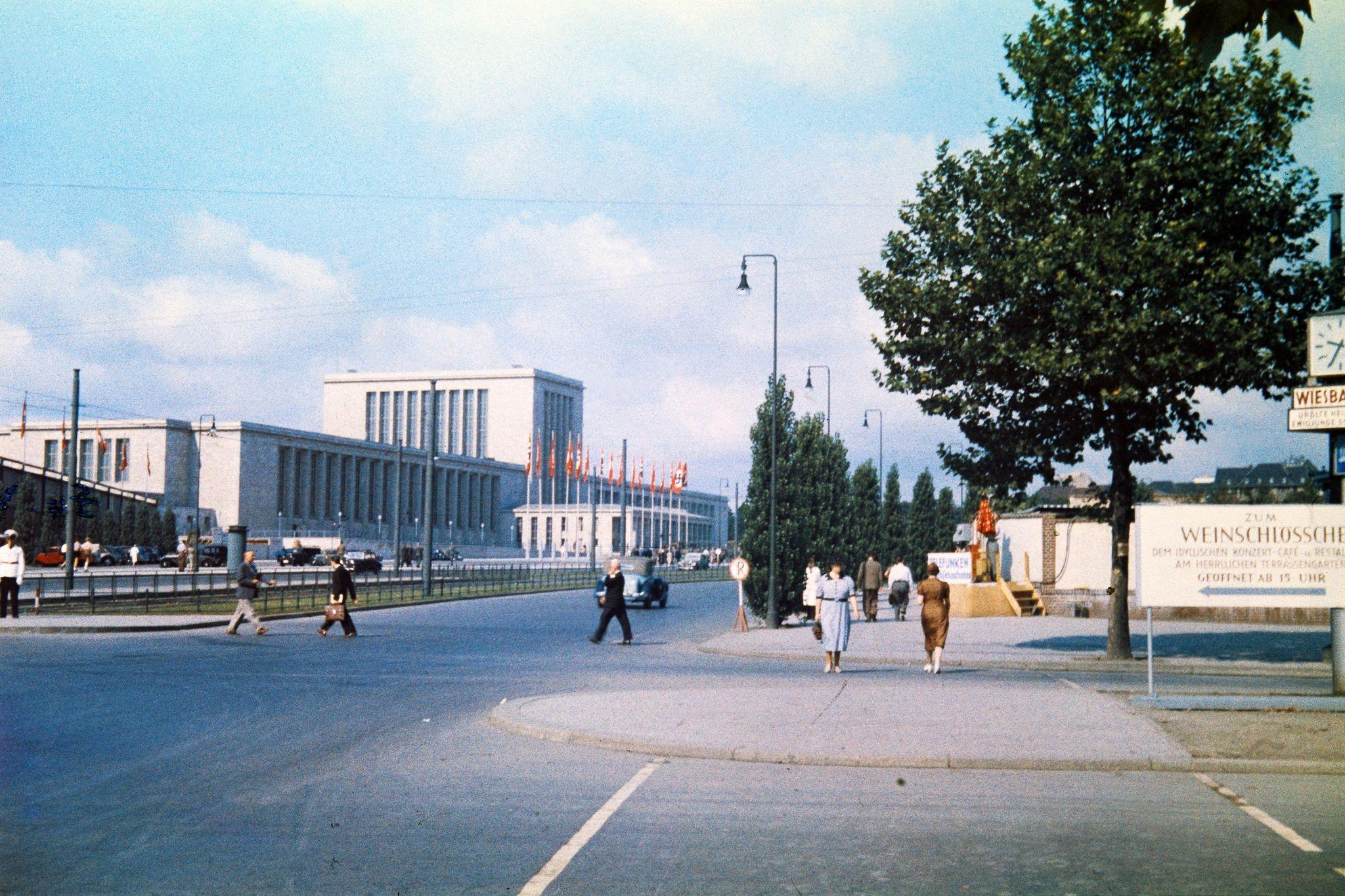 Пешеходы возле выставочного центра «Мессе Берлин» на Мазуреналлее.jpg