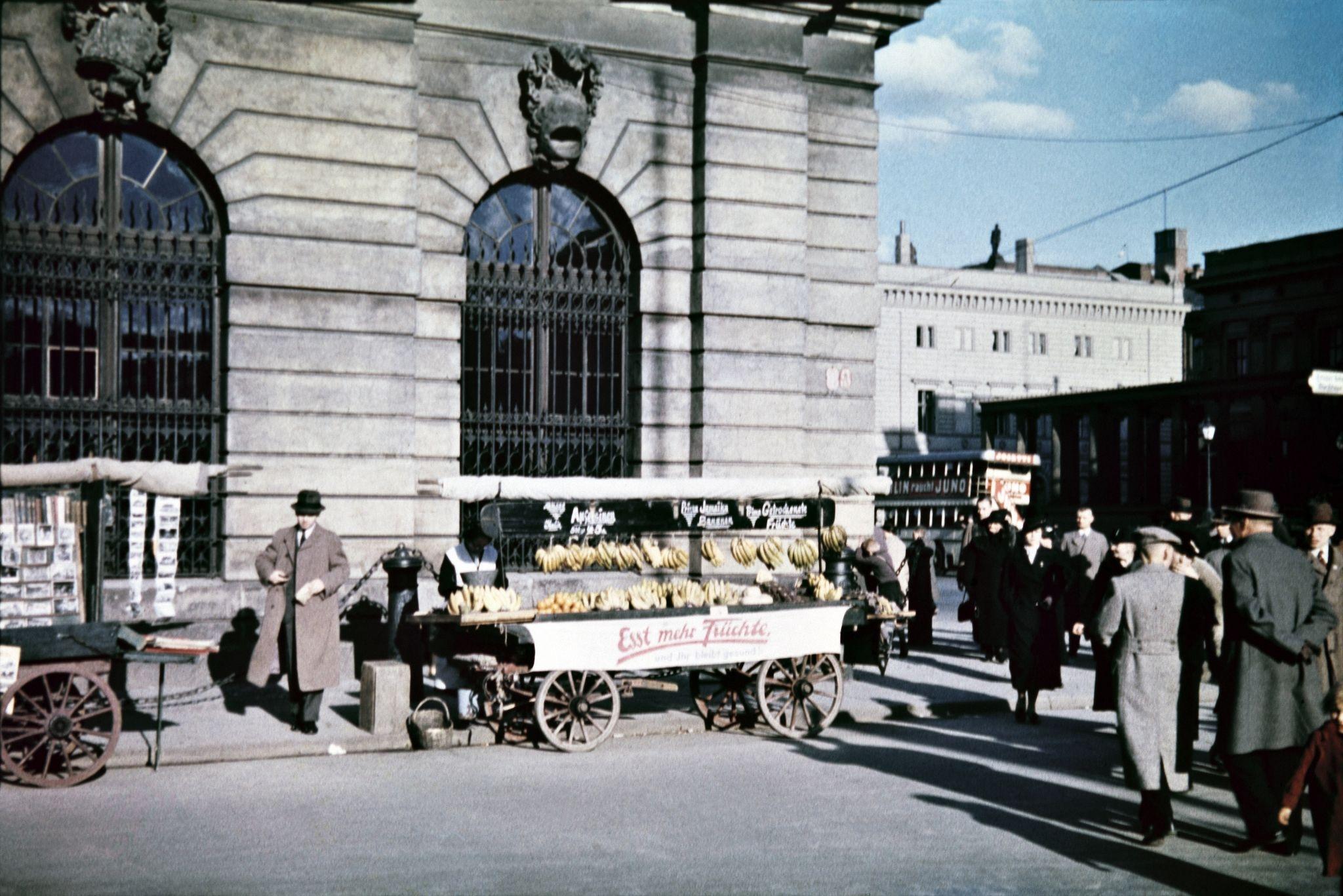 Уличный торговец продает бананы и другие фрукты рядом с Цейхгаузом на углу улиц Хинтер-дем-Гисхаус и Унтер-ден-Линден.jpg