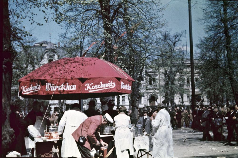 Уличный торговец, продающий сосиски Кошвитц в центре города.jpg