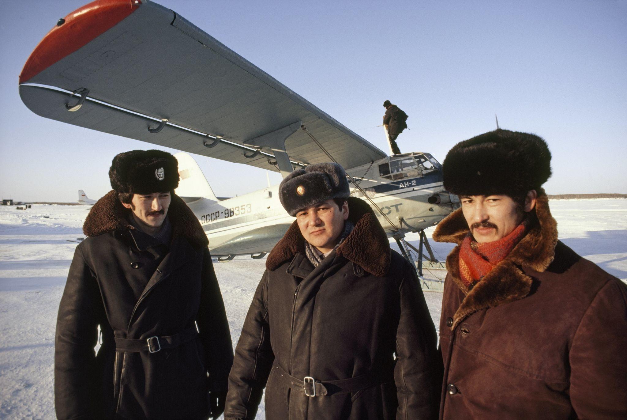 Зырянка. Трое братьев Юкагиров позируют перед самолетом. 1980.jpg