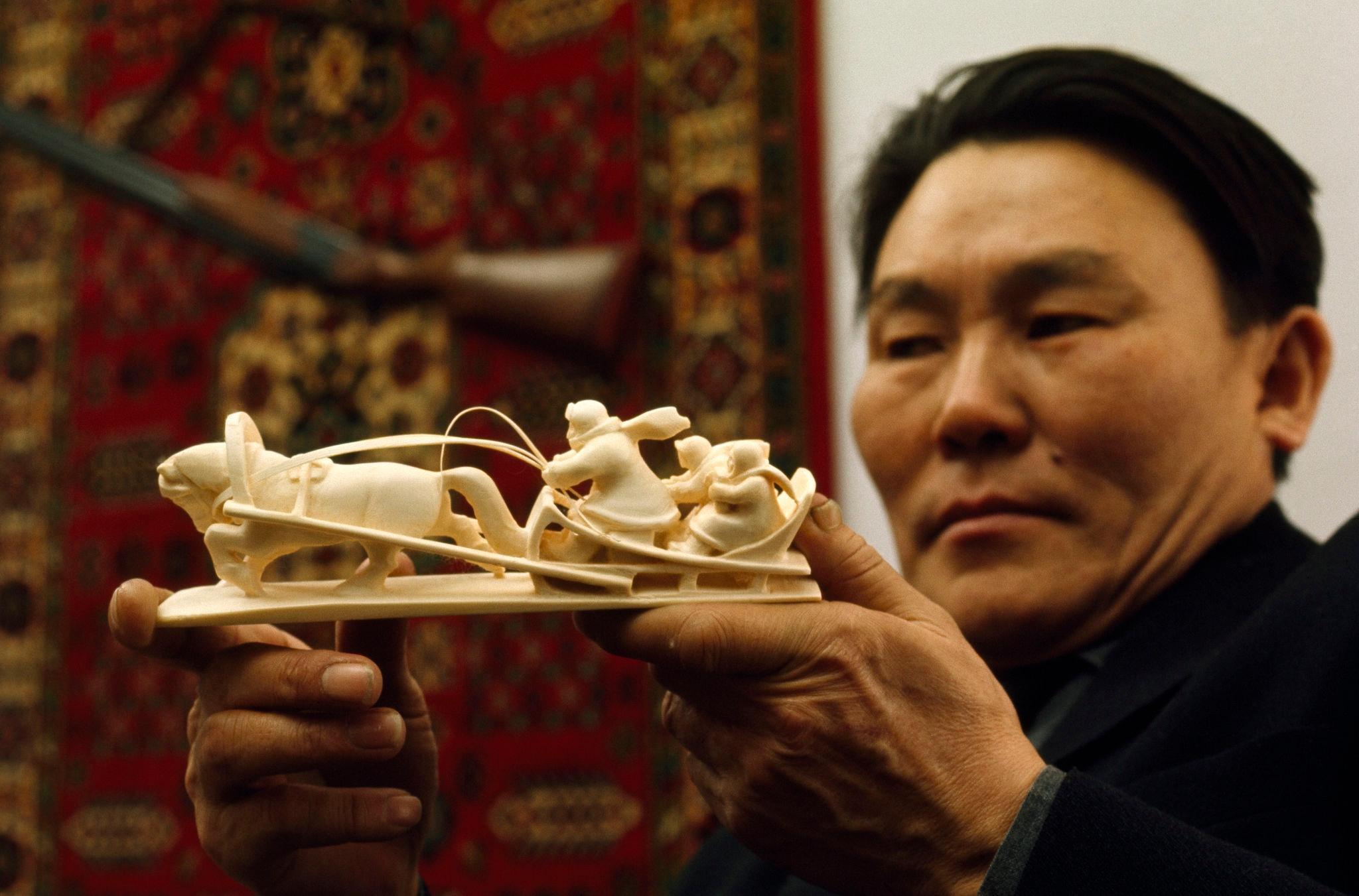 Якутский художник Семен Пестеров вырезает фигуры из мамонтовой кост.jpg