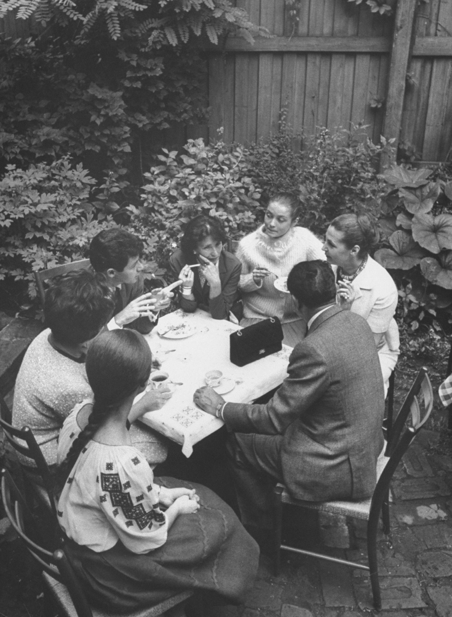 1961. Элизабет Тейлор со своим мужем Эдди Фишером в компании местных театральных детелей в Москве.jpg