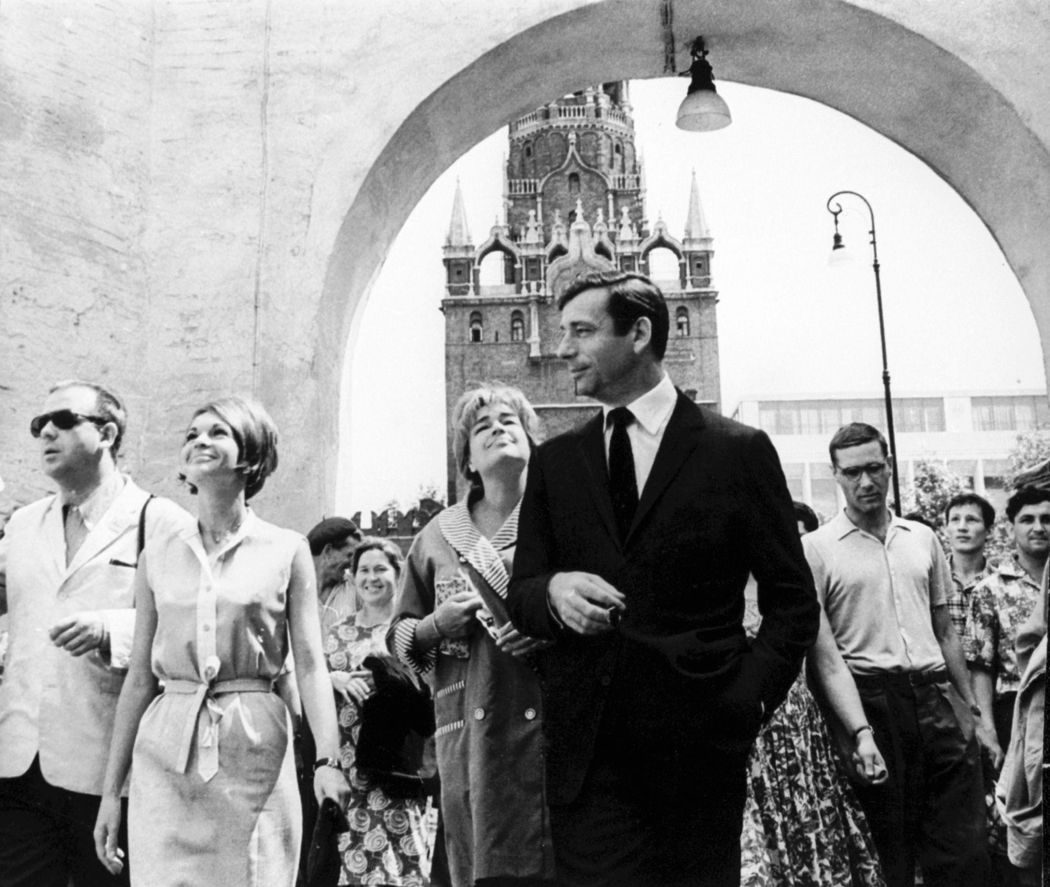 1963. Певец Ив Монтанд и его жена, актриса Симона СИГНОРЕТ, посетили Москву.jpg