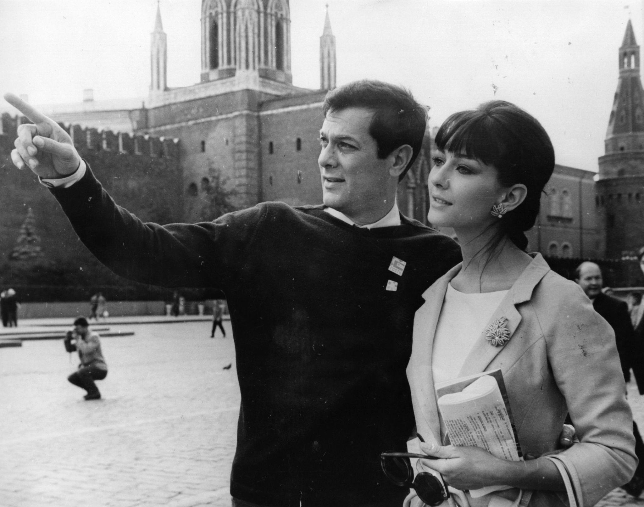 1963. Тони Кертис показывает достопримечательности Красной площади своей жене, Кристин Кауфманн. Они приехали в Москву на в 3-й Международный кинофес…