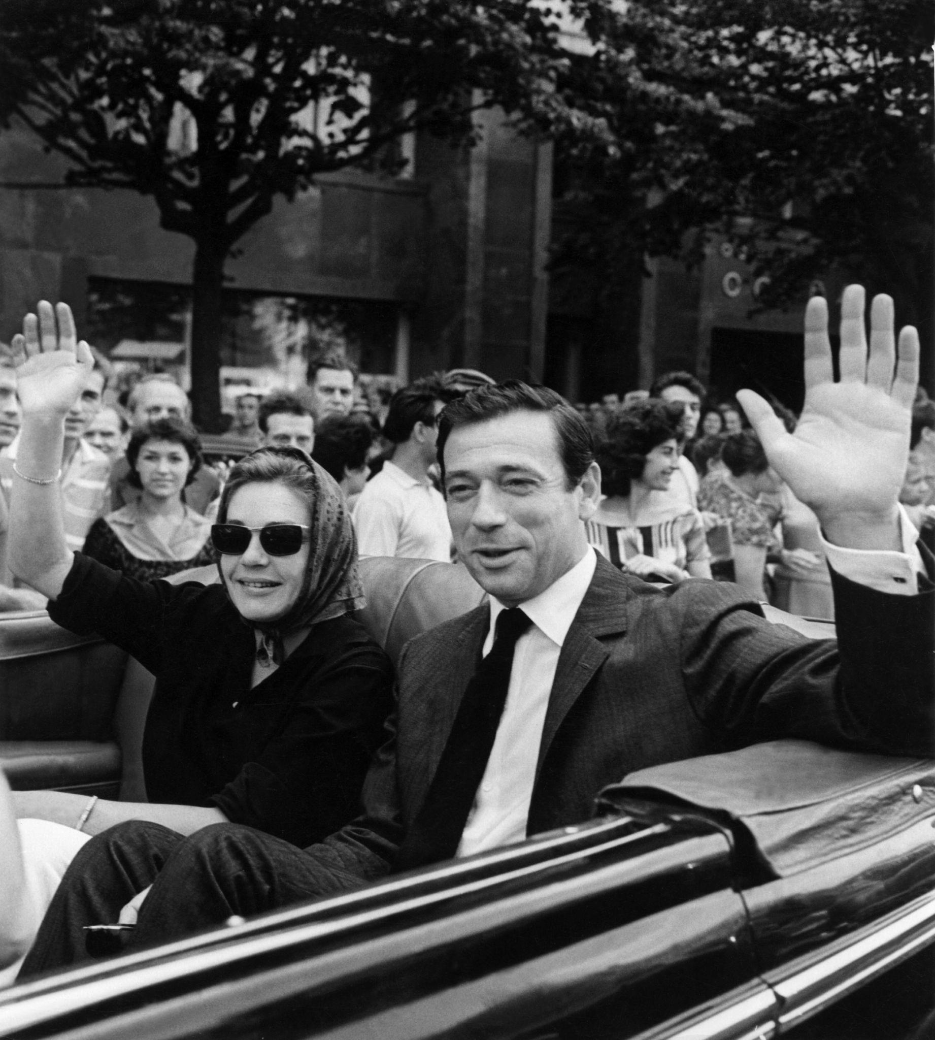 1963. Французские актеры Ив Монтан и Симон Синьорет приветствуют толпу на Международном кинофестивале в Москве.jpg