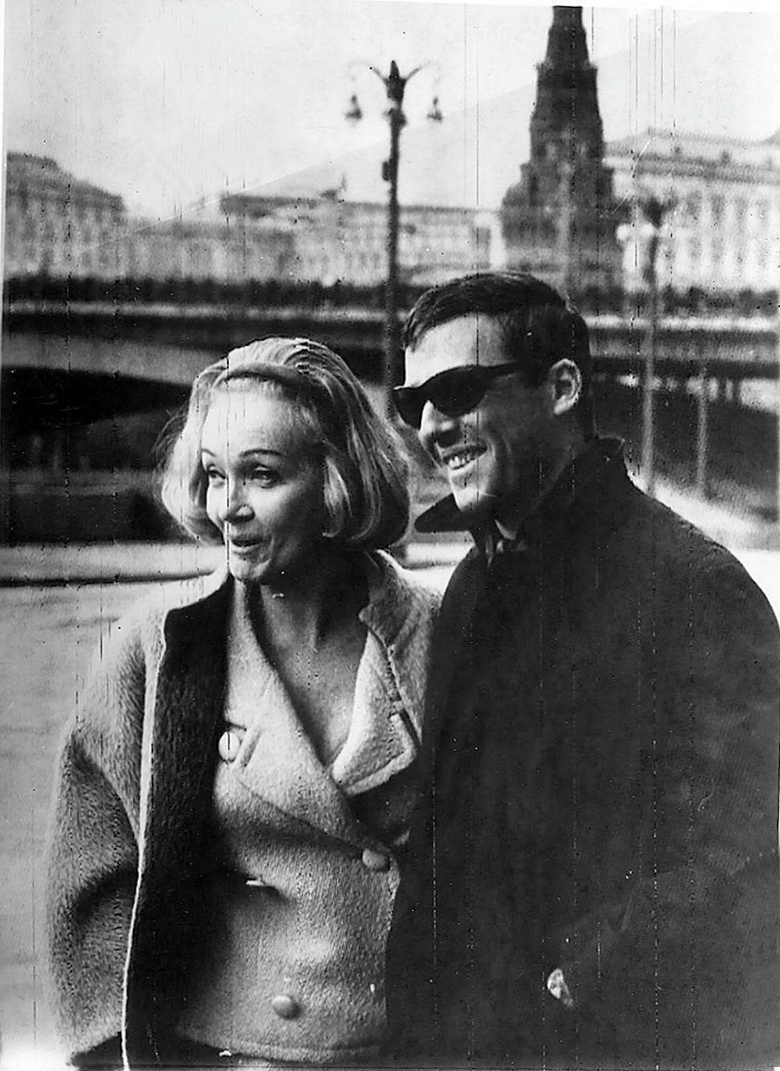 1964. Марлен Дитрих с актером Бертом Бадроком в Москве, где она дает концерт в Театре эстрады, - 20.05..jpg
