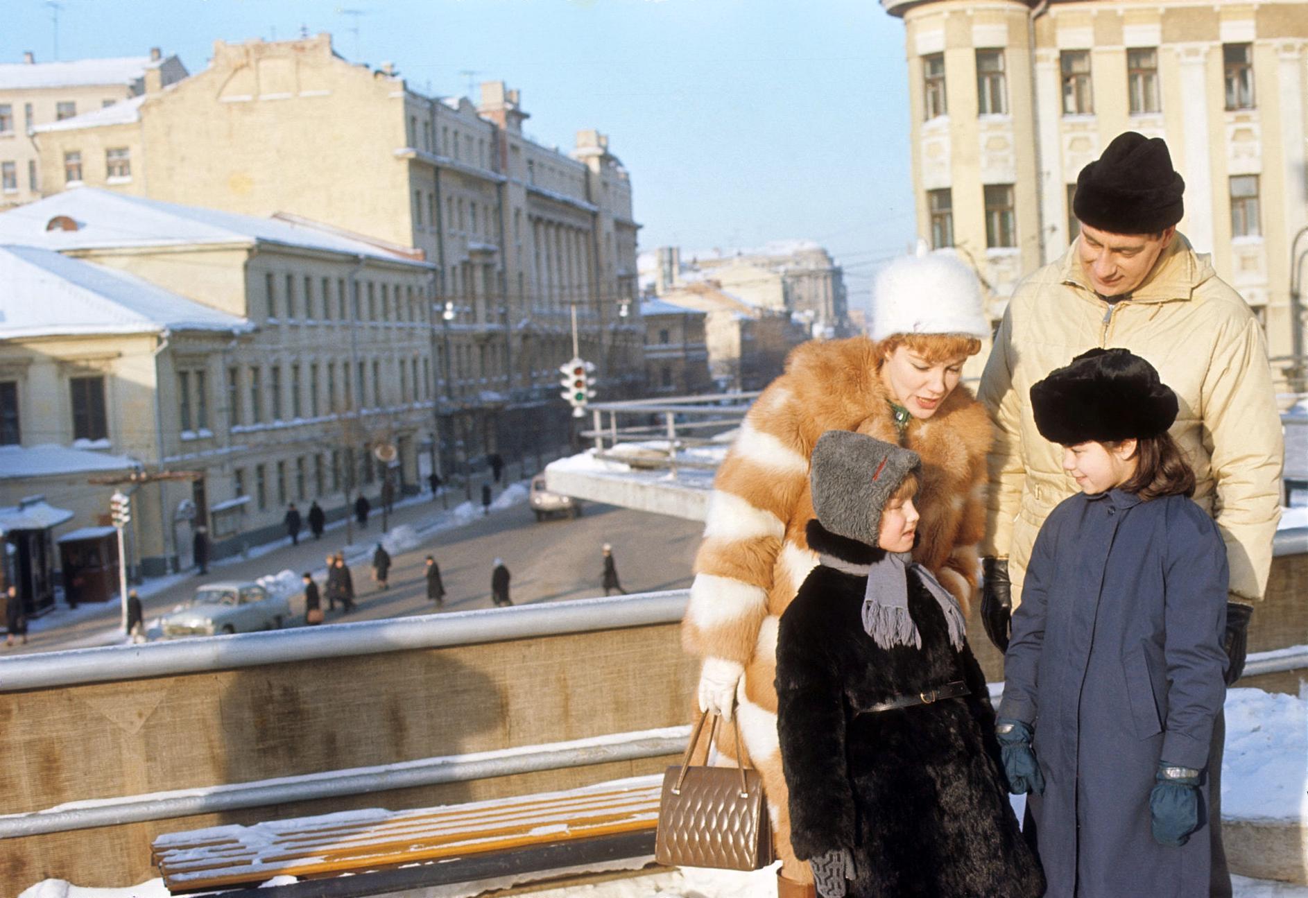 1967. Вирджиния Гибсон и Билл Оуэн возле кинотеатра Россия в Москве. 12 марта.jpg