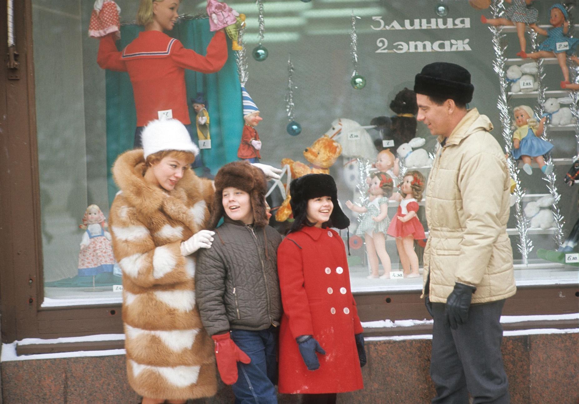 1967. Вирджиния Гибсон и Билл Оуэн с учениками у витрины ГУМа.jpg