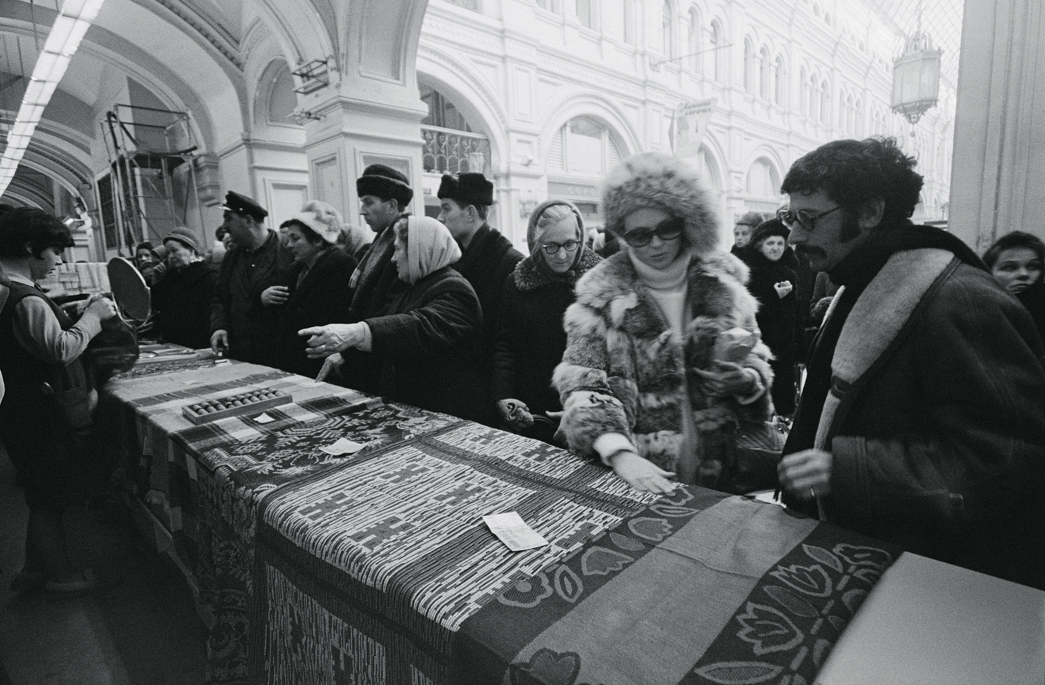 1968. Фэй Данауэй и Джерри Шацберг в ГУМе.jpg