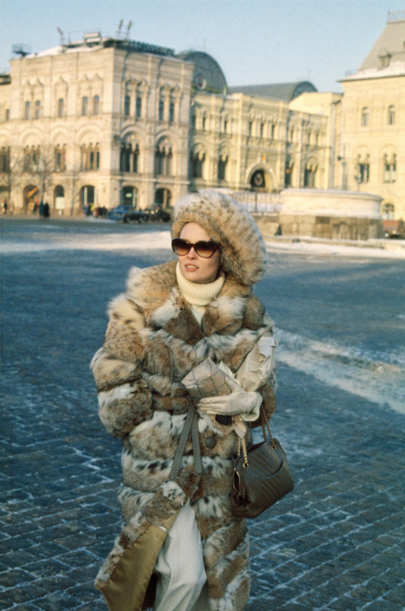 1968. Фэй Данауэй на Красной площади.jpg