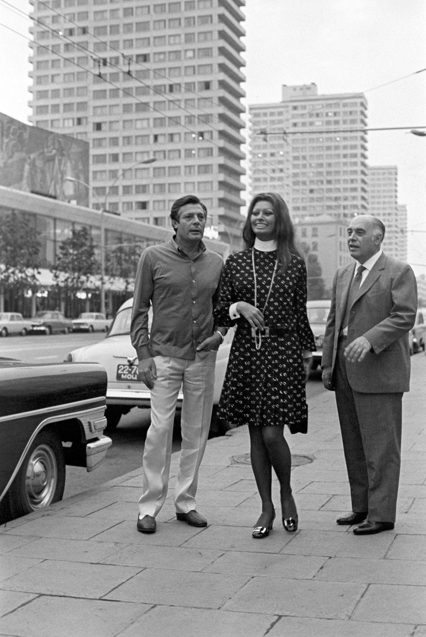 1969. Марчелло Мастроянни, Софи Лорен и Карло Понти на проспекте Калинина.jpg