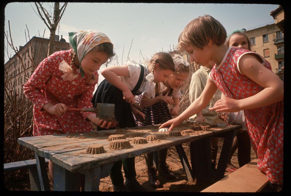 Девочки во дворе лепят куличики. 1964.jpg