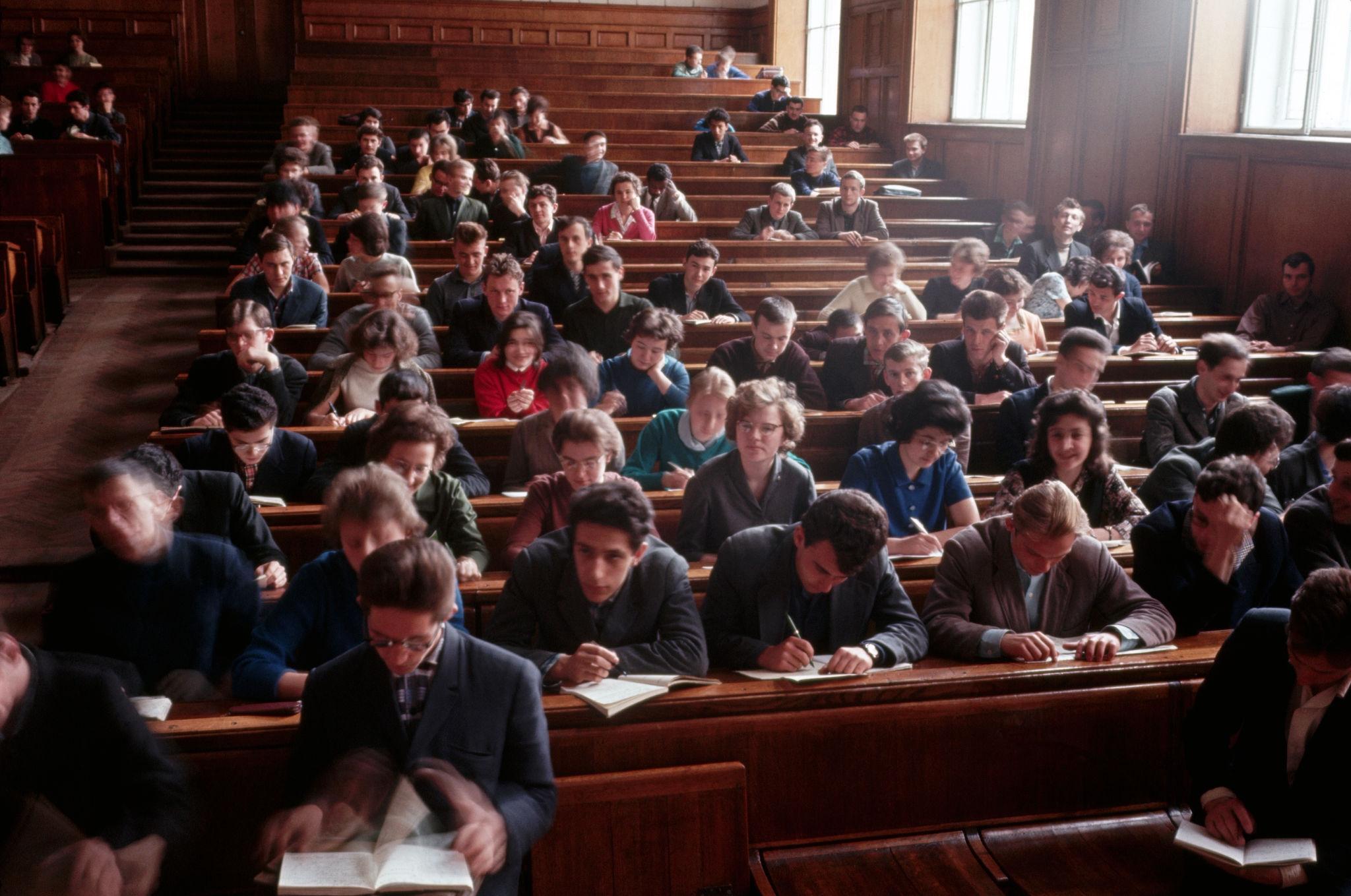 МГУ. Студенты в лекционном зале. 1964.jpg