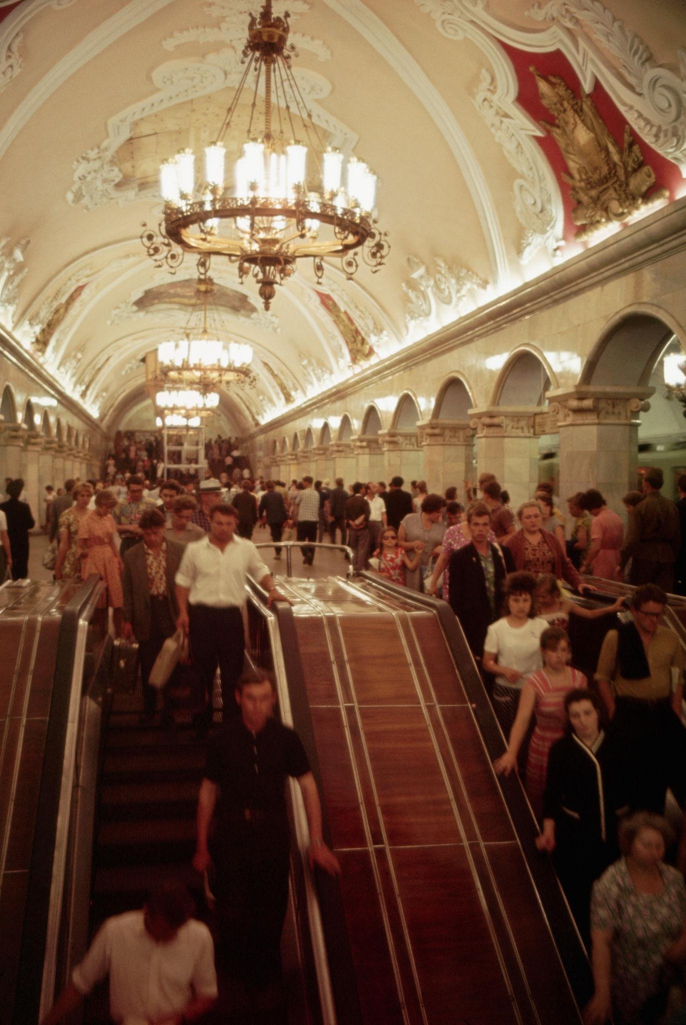 Метрополитен. Переполненный эскалатор на станции метро Комсомольская. 1964.jpg