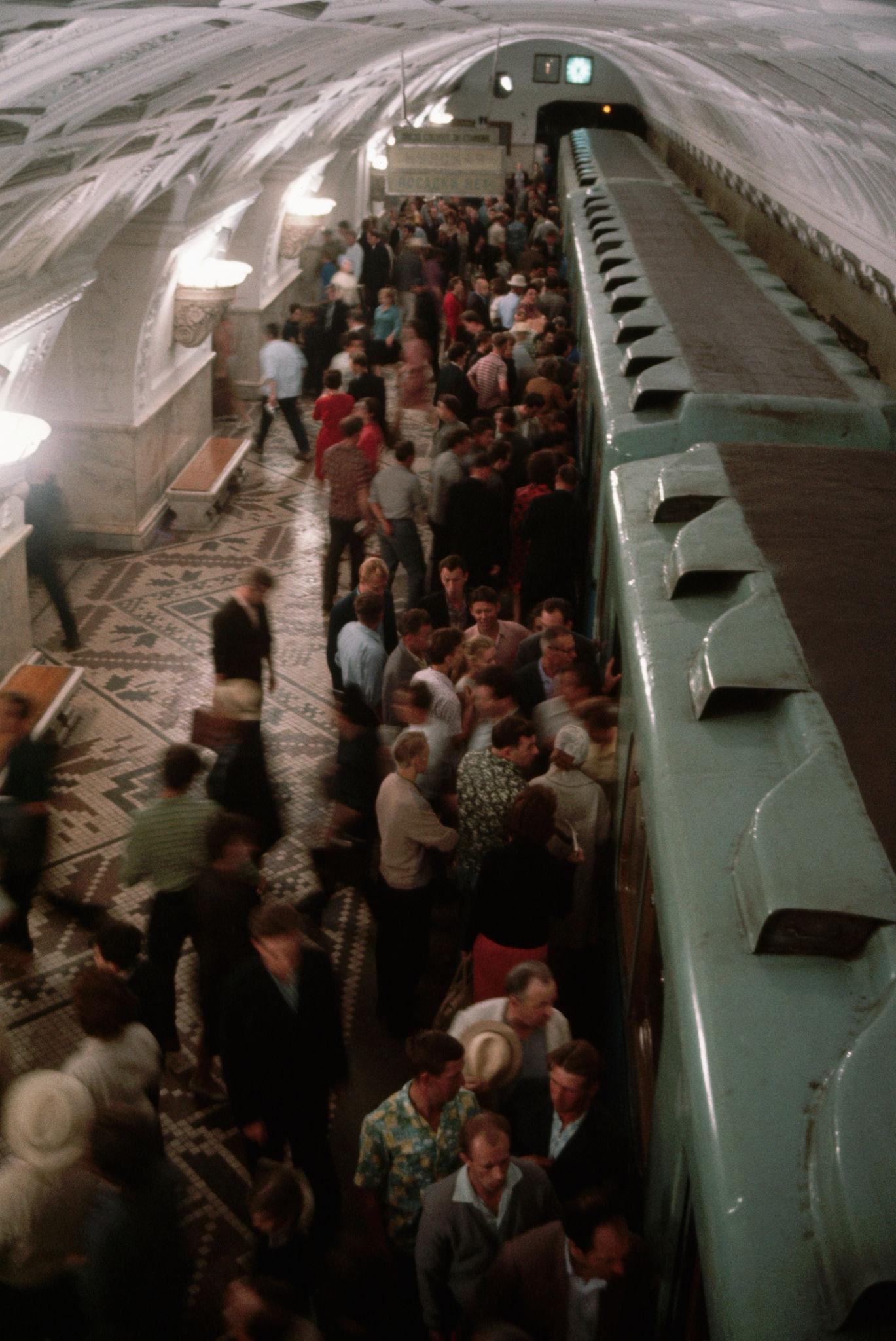Метрополитен. Посадка в поезд. 1964.jpg