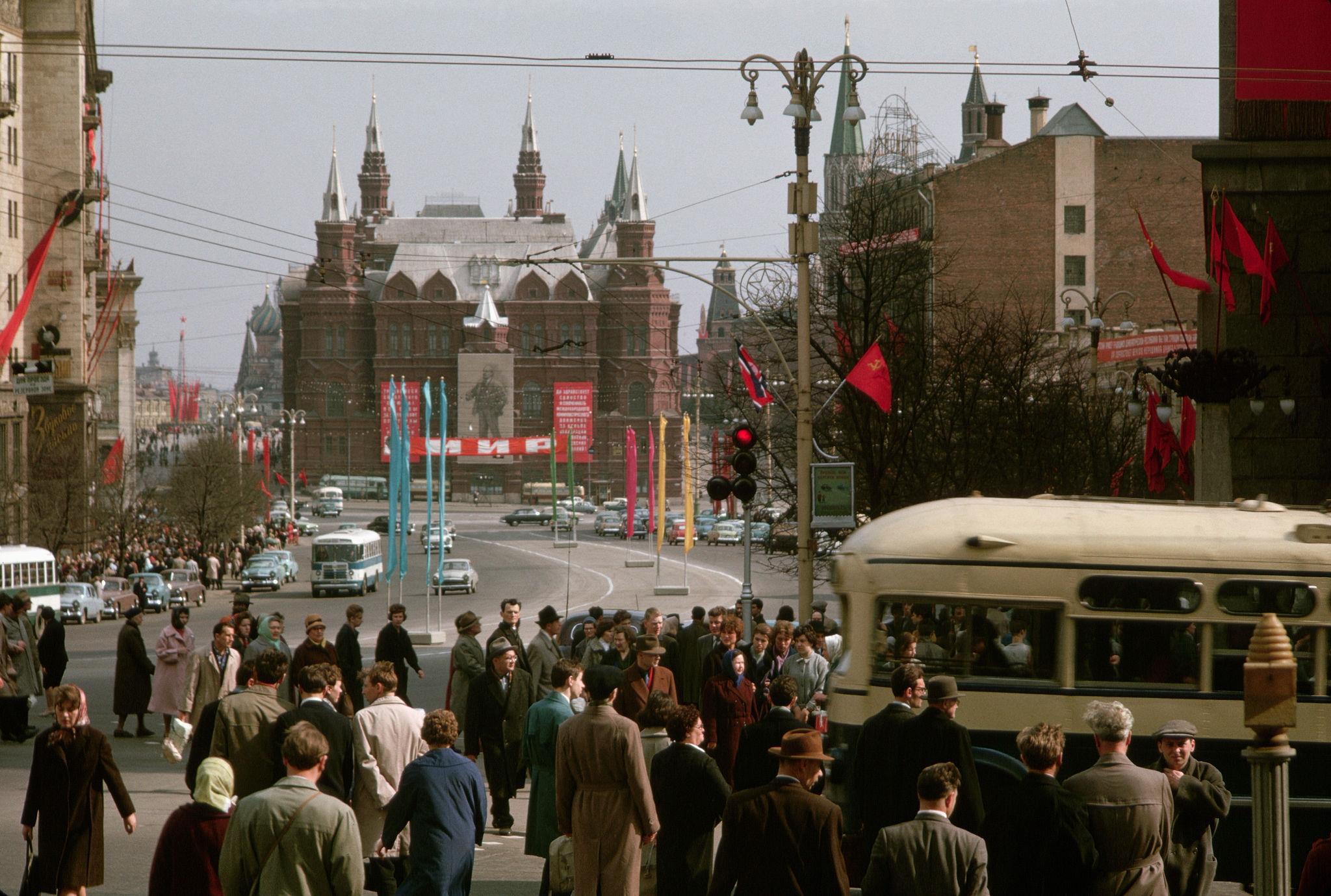Улица Горького. Канун Первомая. 1964.jpg