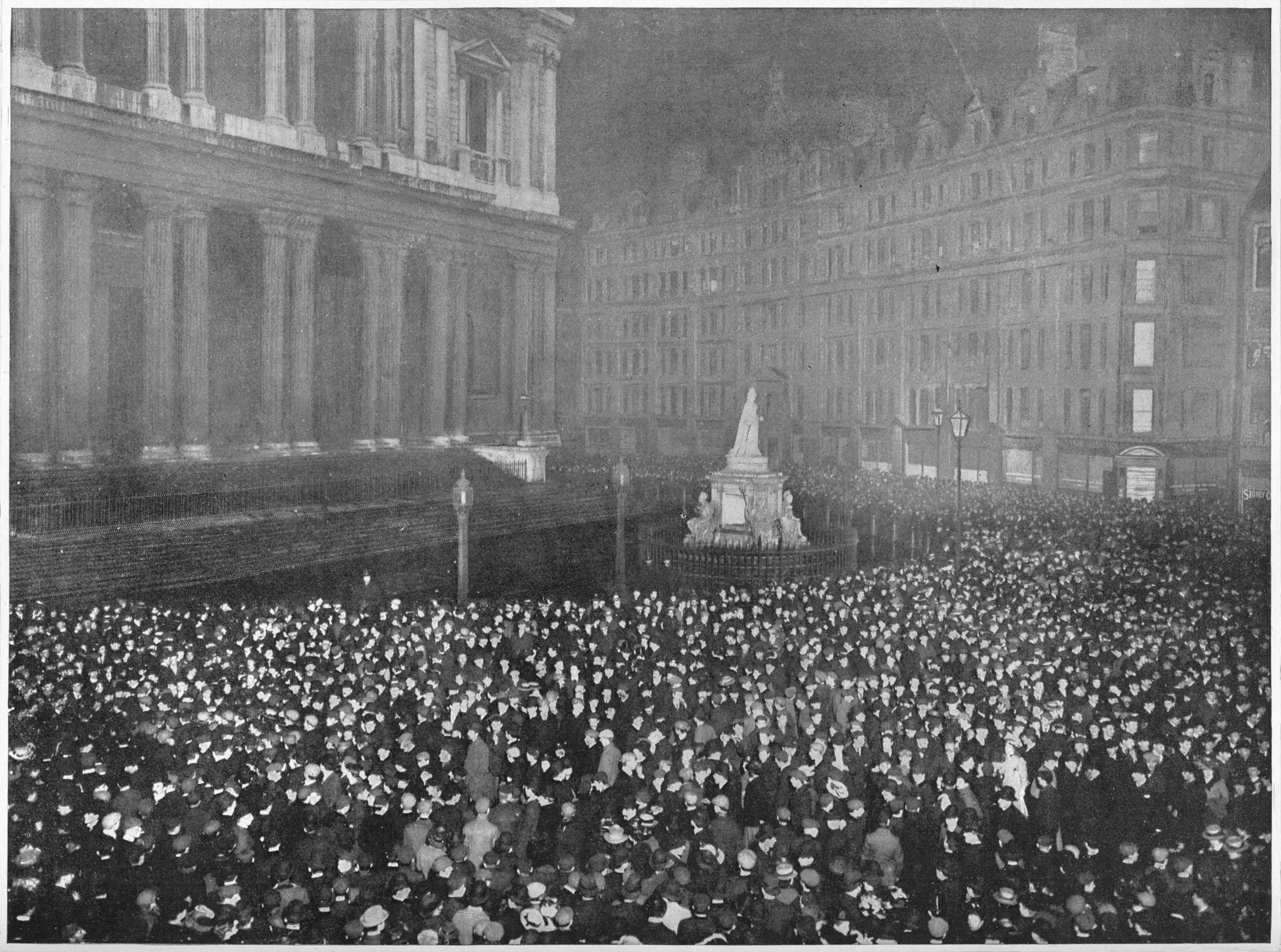 1902. Двенадцать часов в новогоднюю ночь возле собора Святого Павла.jpg