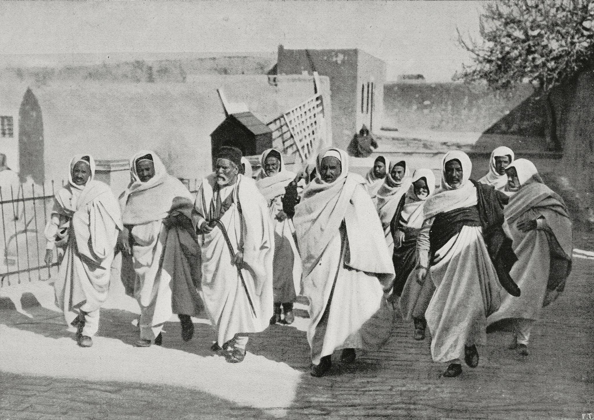 1912. Арабская знать идёт в замок, чтобы поздравить губернатора с Новым годом во время итало-турецкой войны, Триполи, Ливия.jpg