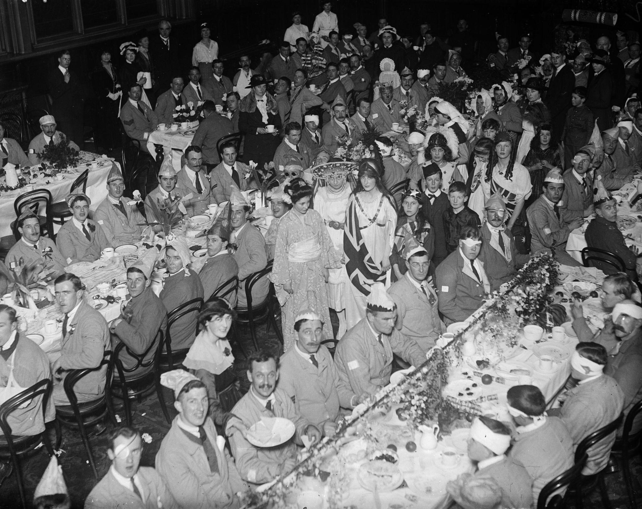 1917. Раненые солдаты пьют чай на новогоднем вечере.jpg