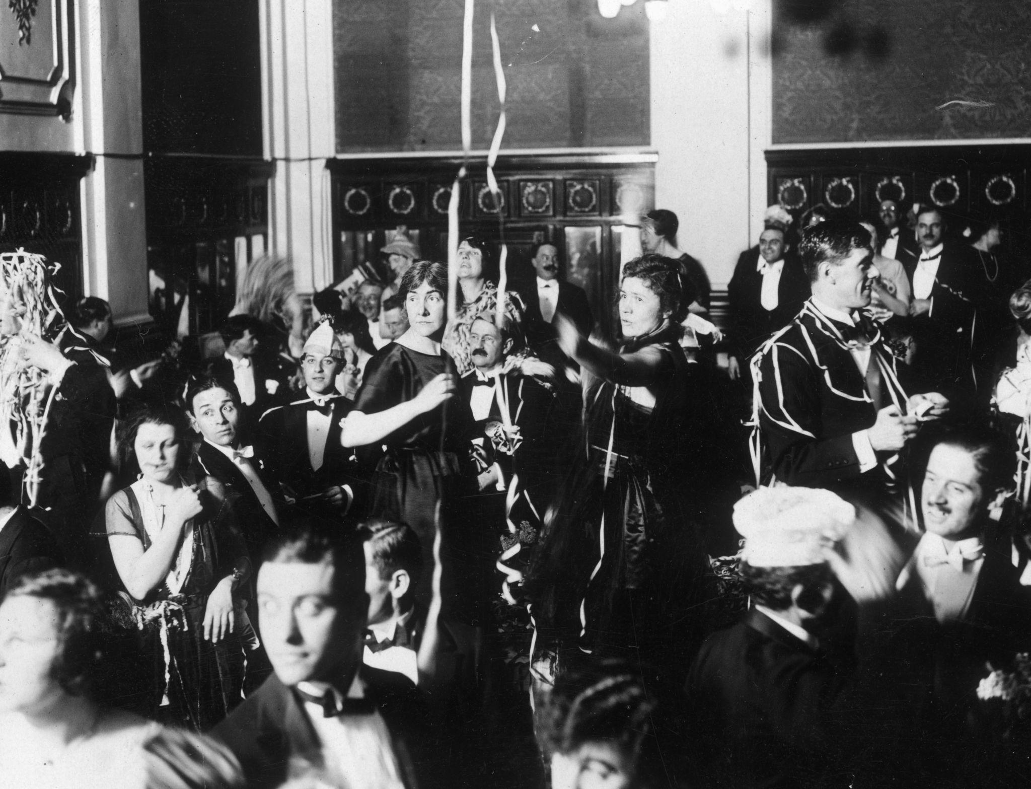 1921. Новогодние праздники отмечают на вечеринке в отеле Victoria в Лондоне.jpg