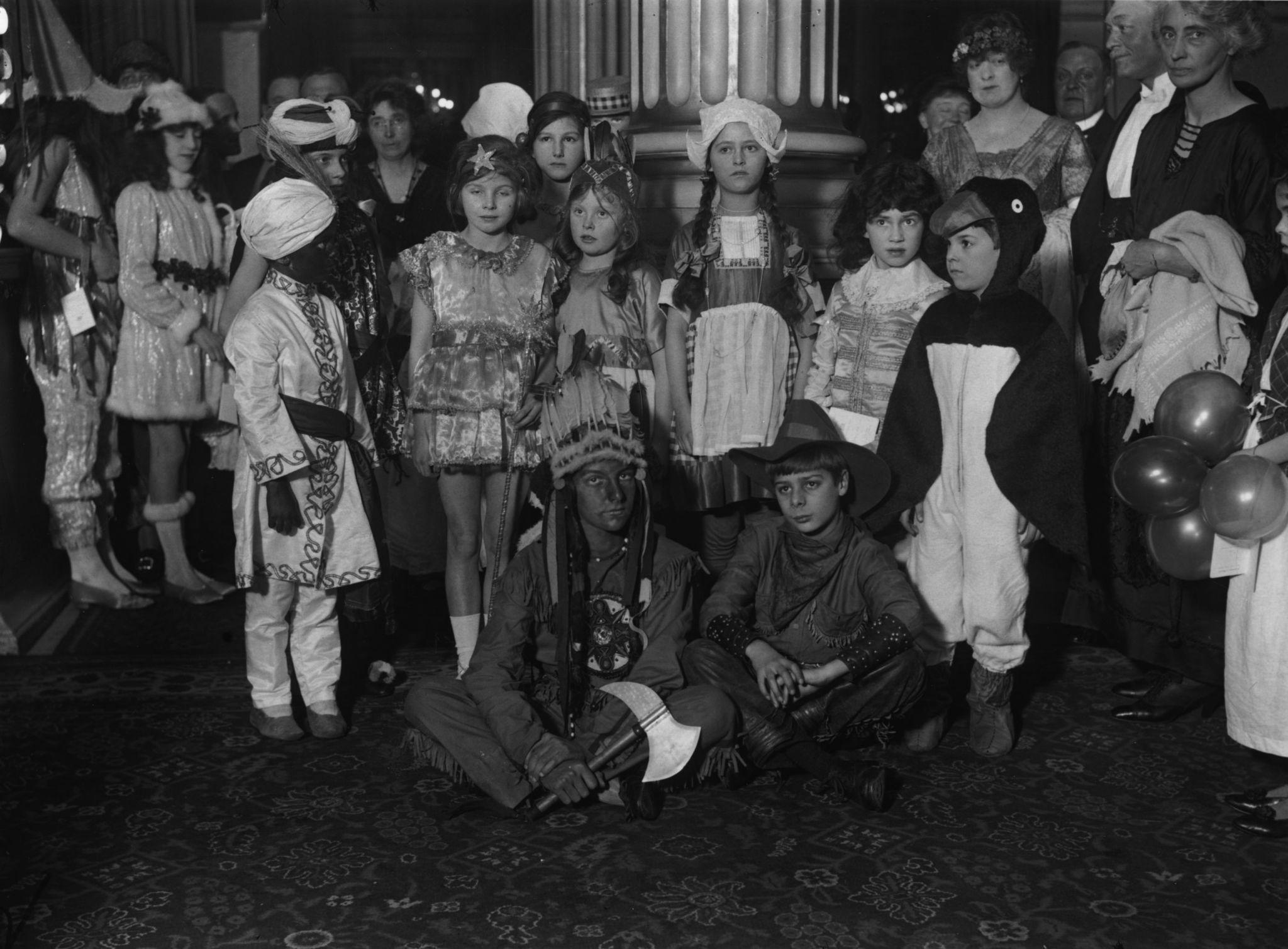 1922. Группа детей, наряженная для новогодней маскарадной вечеринки.jpg