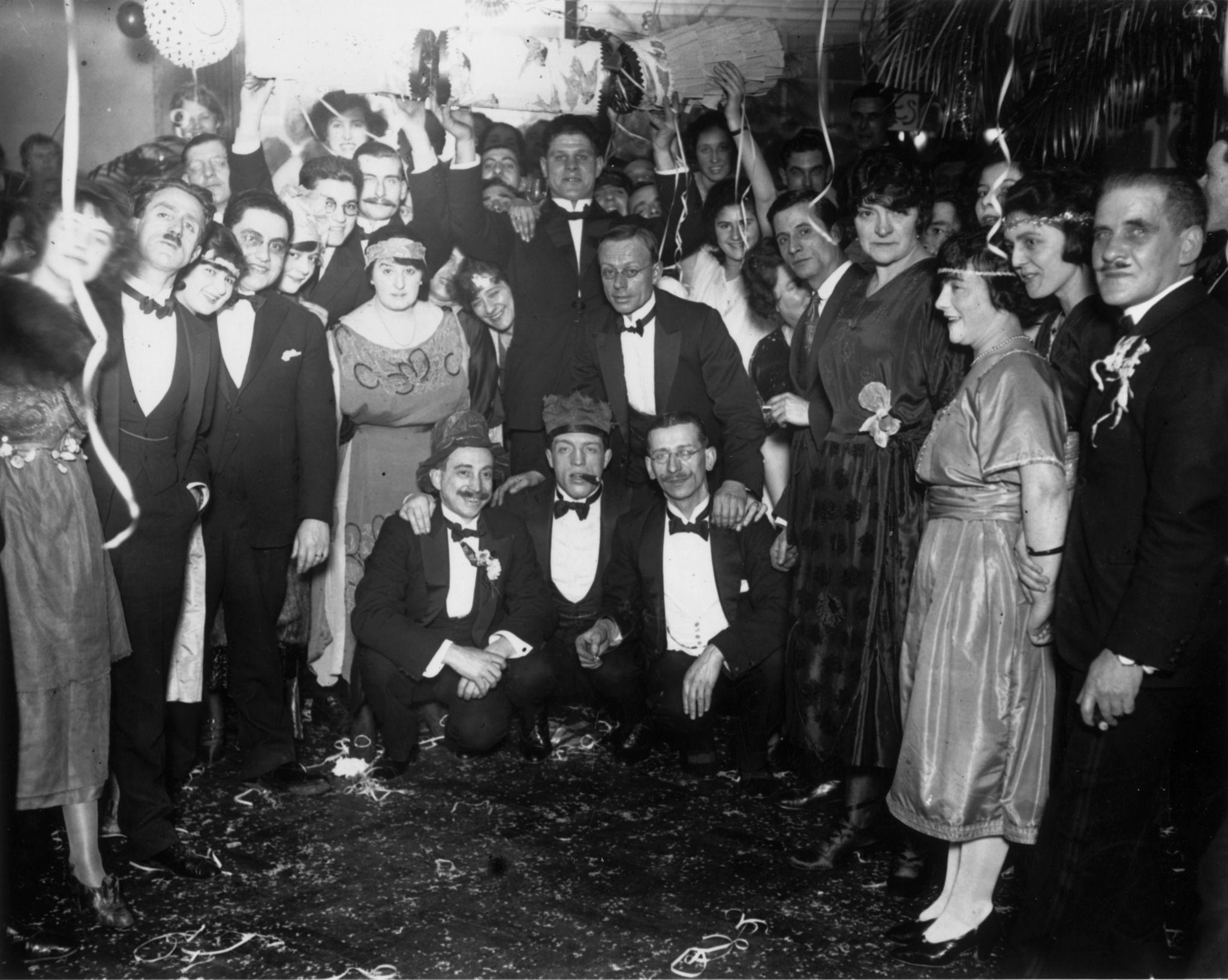 1922. Новогодние гуляки в Спортивном клубе на мгновение останавливают вечеринку, чтобы запечатлеть событие для потомков.jpg