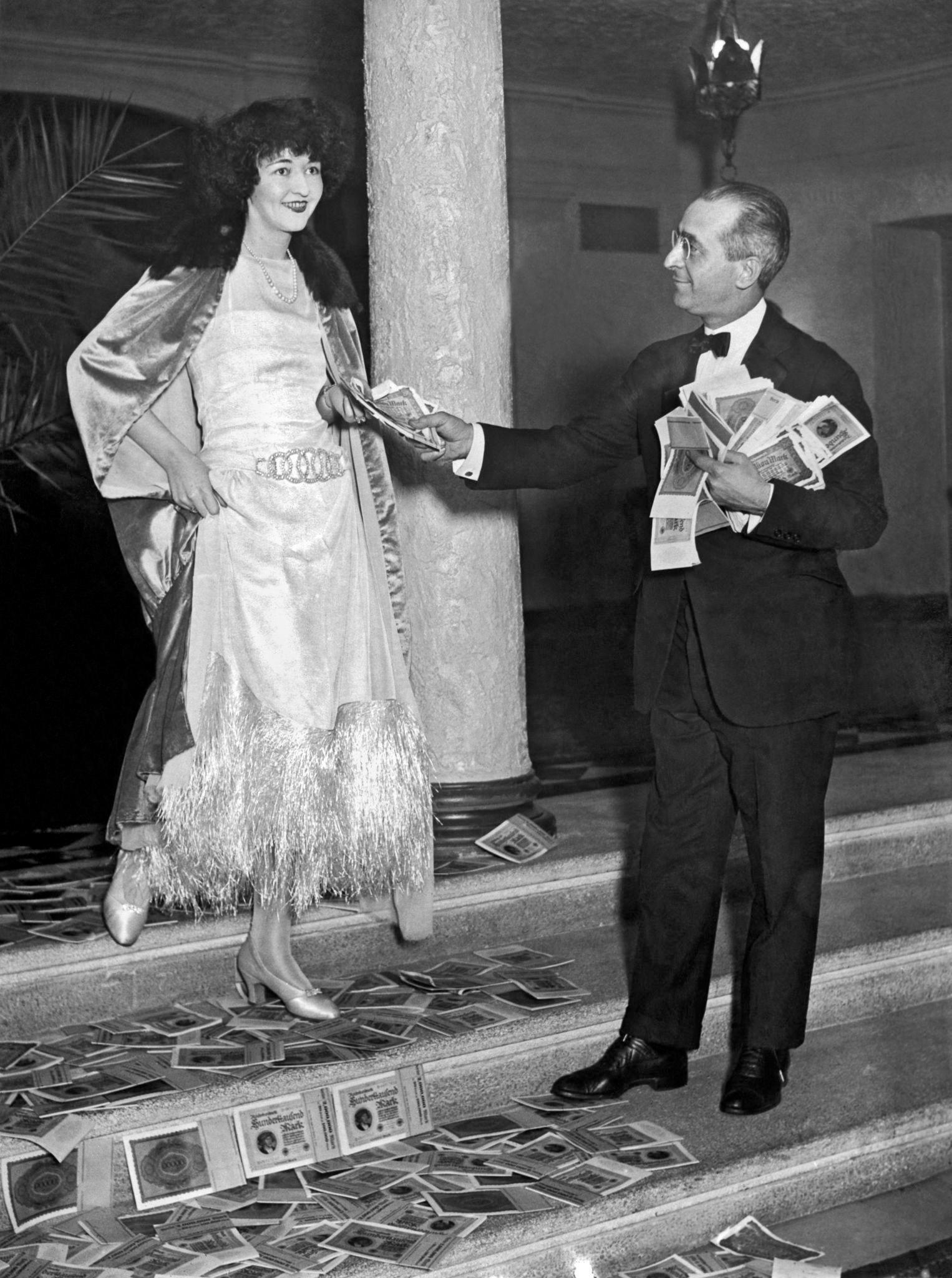 1923. Владелец нового Maison Arthur Grill приобрел на 100 000 000 долларов немецкие марки для конфетти в канун Нового года, Нью-Йорк, 31 декабря.jpg