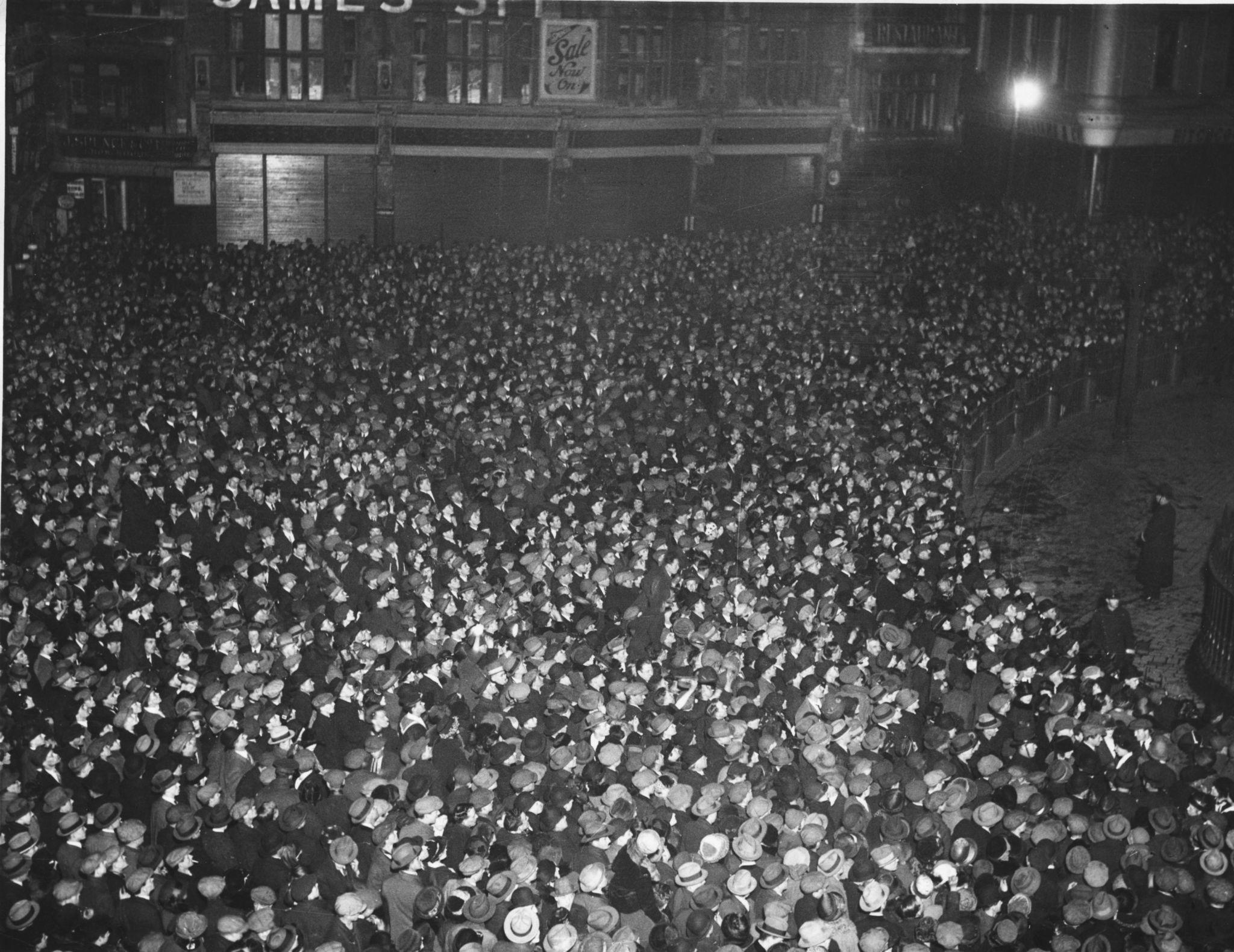 1924. Толпа людей возле собора Святого Павла в Лондоне празднует Новый год.jpg